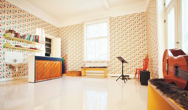 Musiikkihuoneemme on lastattu värilläja mitä erilaisimmilla soittimilla.