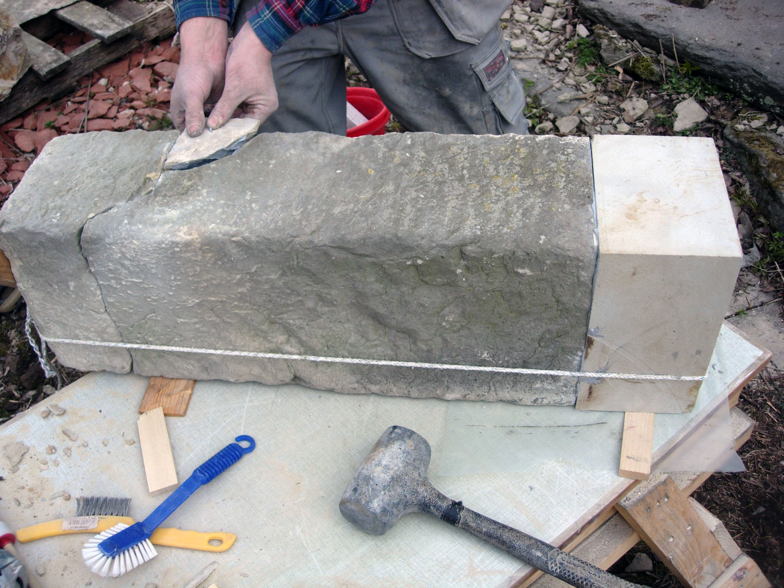 Lagning och stenbyte  Trender påverkar hur det lagas och hur mycket som lagas.Några anledningar till att laga upp skadad sten kan t.ex. vara:   tekniska – stenens nedbrytningstakt ökar om inget görs.   estetiska – upplevelsen av byggnaden förminskas eller blir felaktig.   antikvariska – se ovan, även frysa i nuvarande tillstånd osv.   ekonomiska – byggnadens ekonomiska värde och budgeten för konserveringen.   säkerhetsmässiga – delar riskerar att falla ner och skada människor.