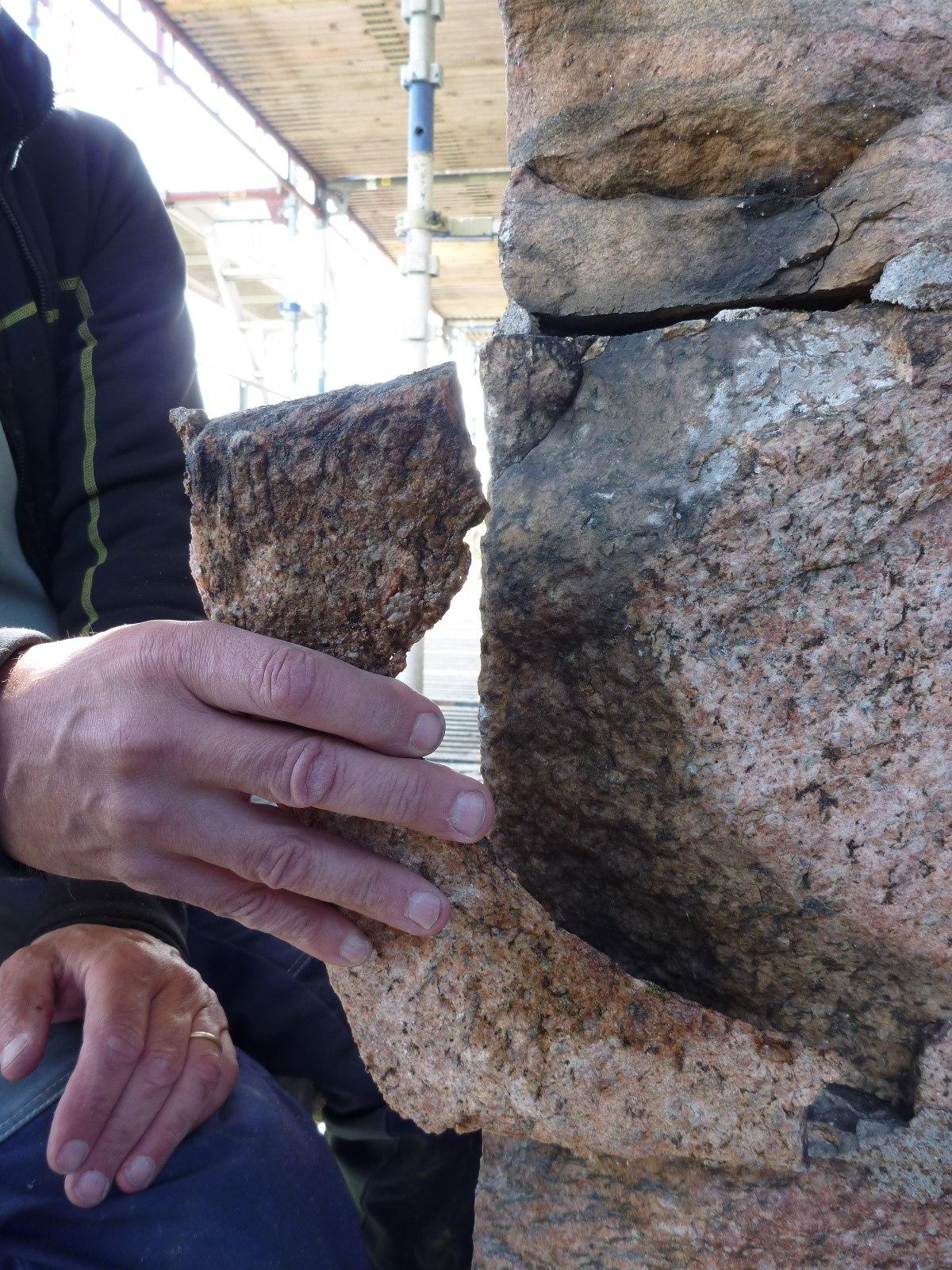 7 Sprucken sten i hörnkedja mot sydost.jpg