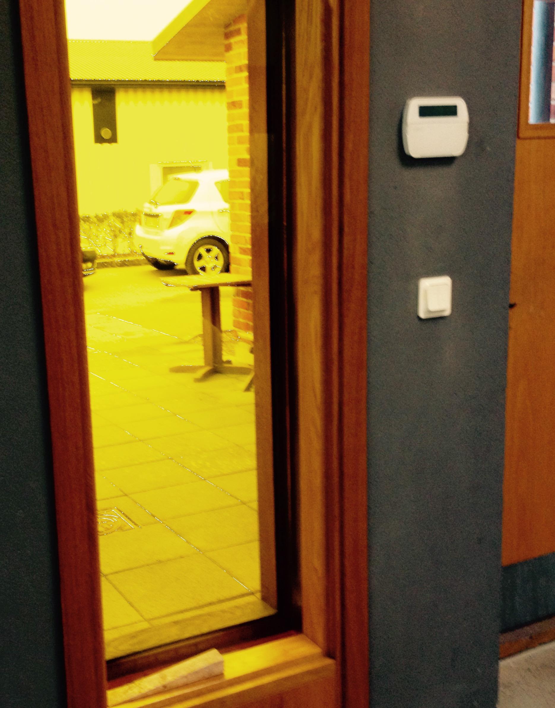 Mellan två-glasfönstreti entrén inrymmes linolja som är lika genomskinlig som glas.Linoljan emellan glaset behöver bytas med tiden eftersom oljan bleks avljus.
