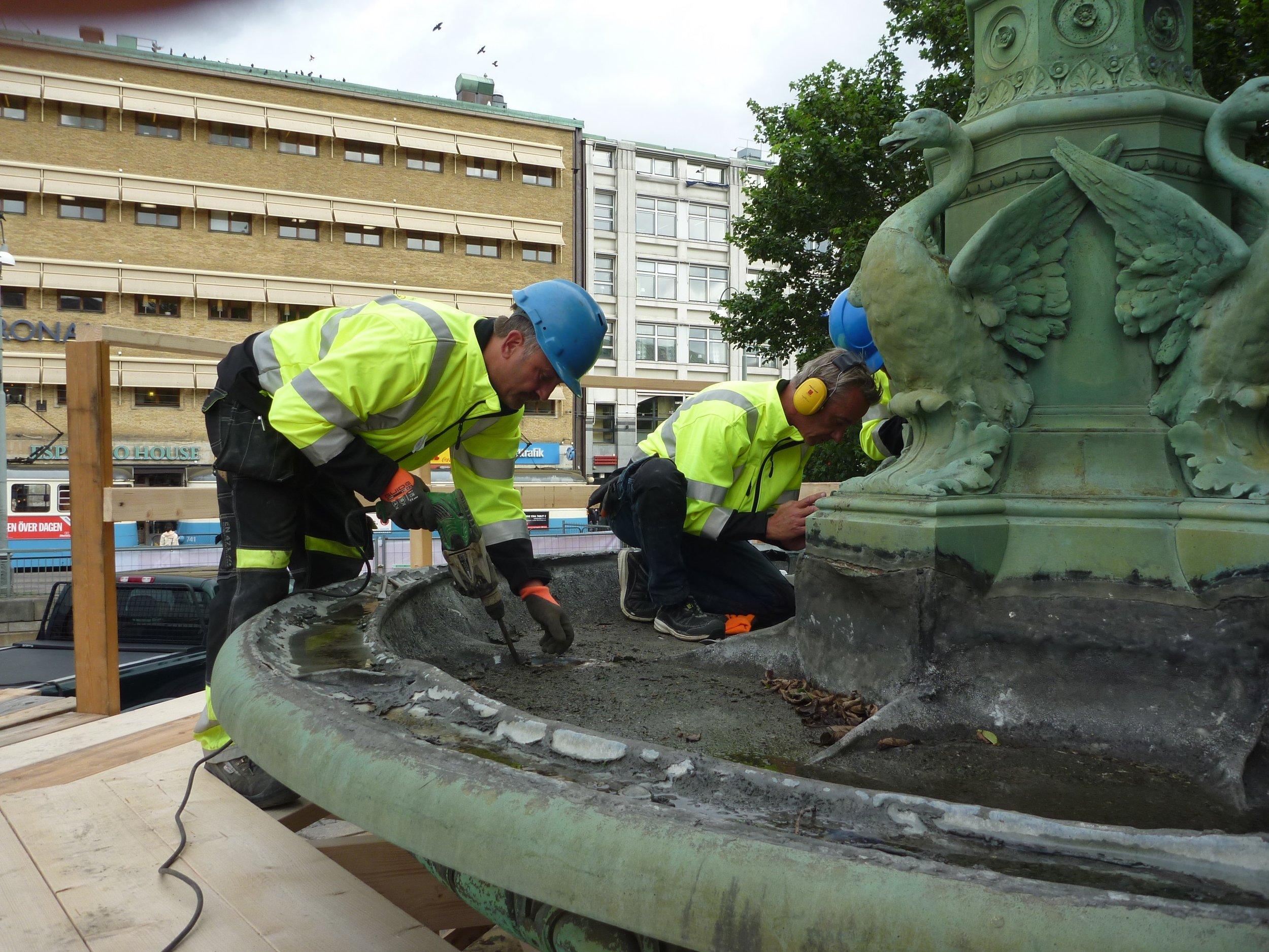Förarbete inför rengöring av bassängen
