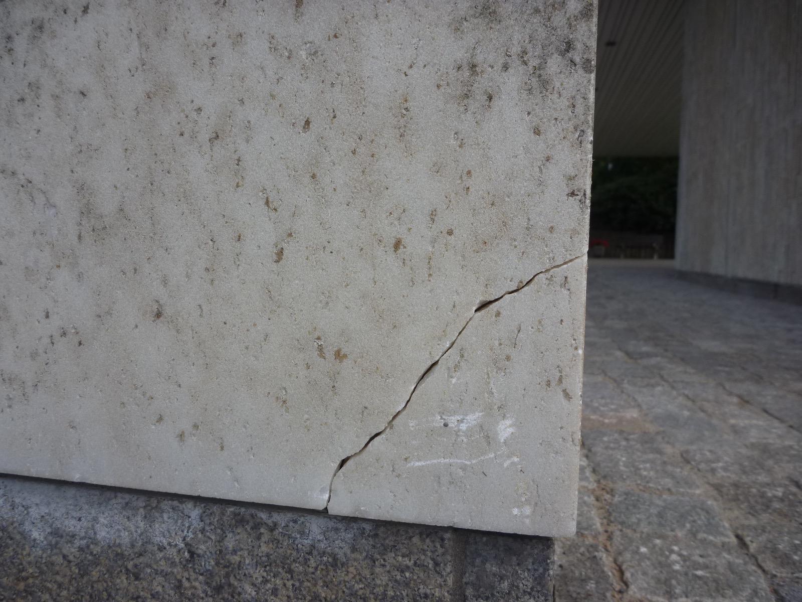 Spricka i marmorplattan