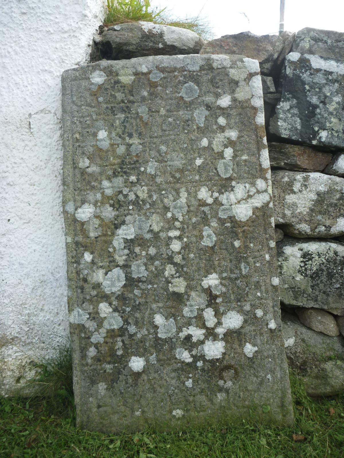 En av gravhällarna före rengöring