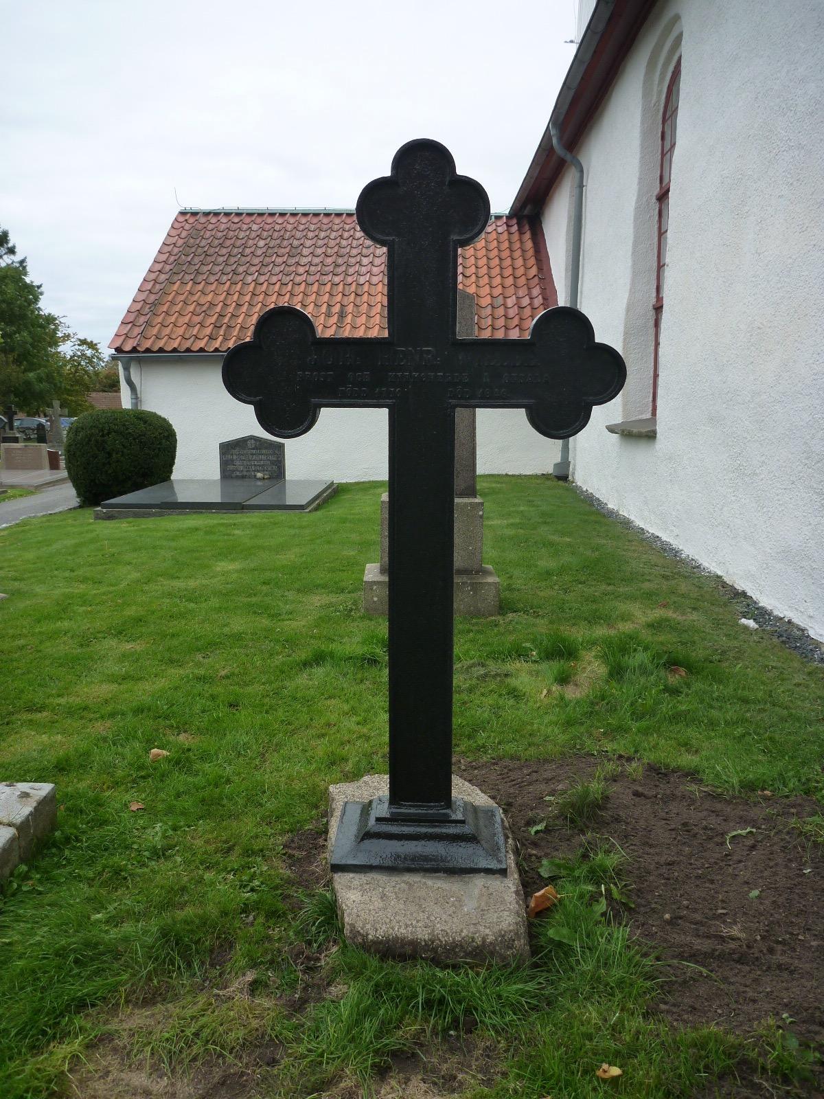 Det blästrade och lackerade korset återmonterades