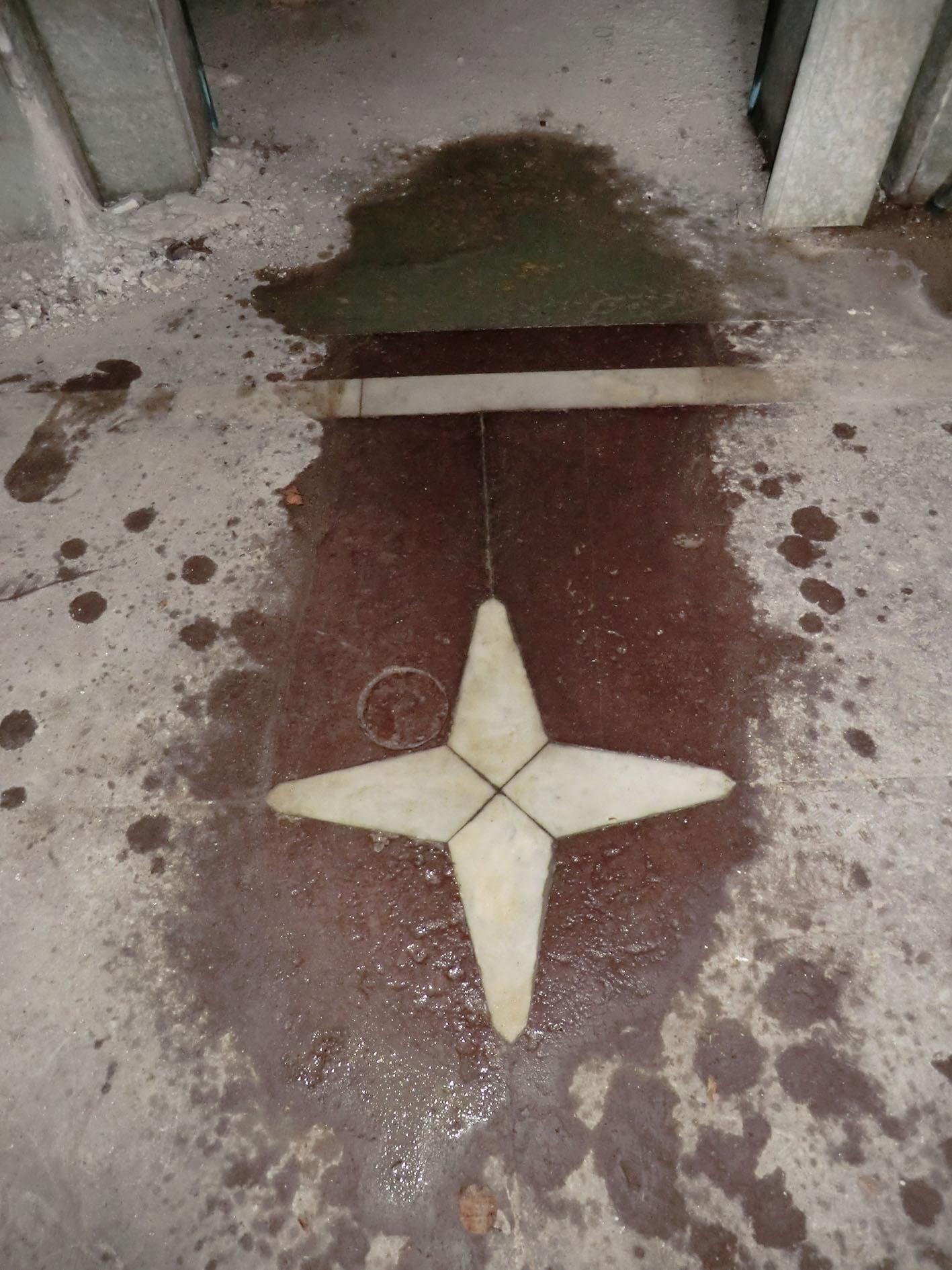 Del av golvet efter rengöring med vatten