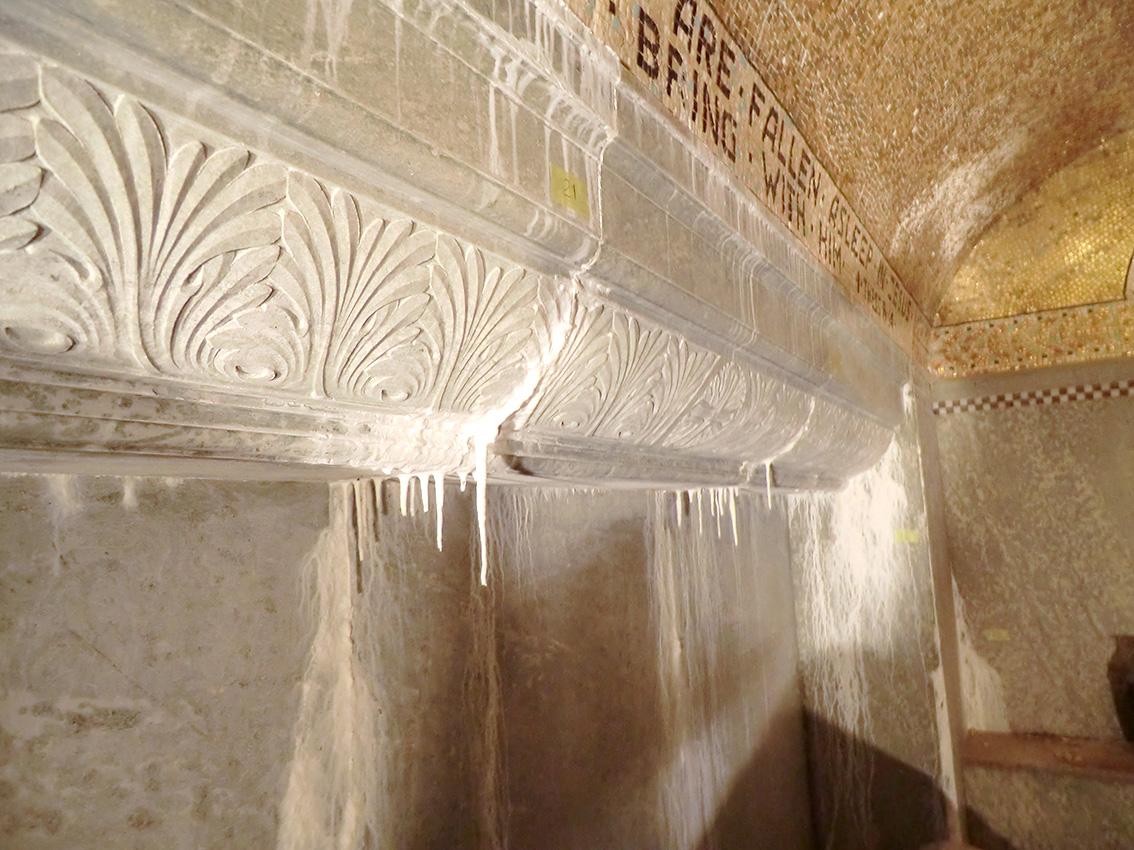 Kalkavlagringar och stalaktiter