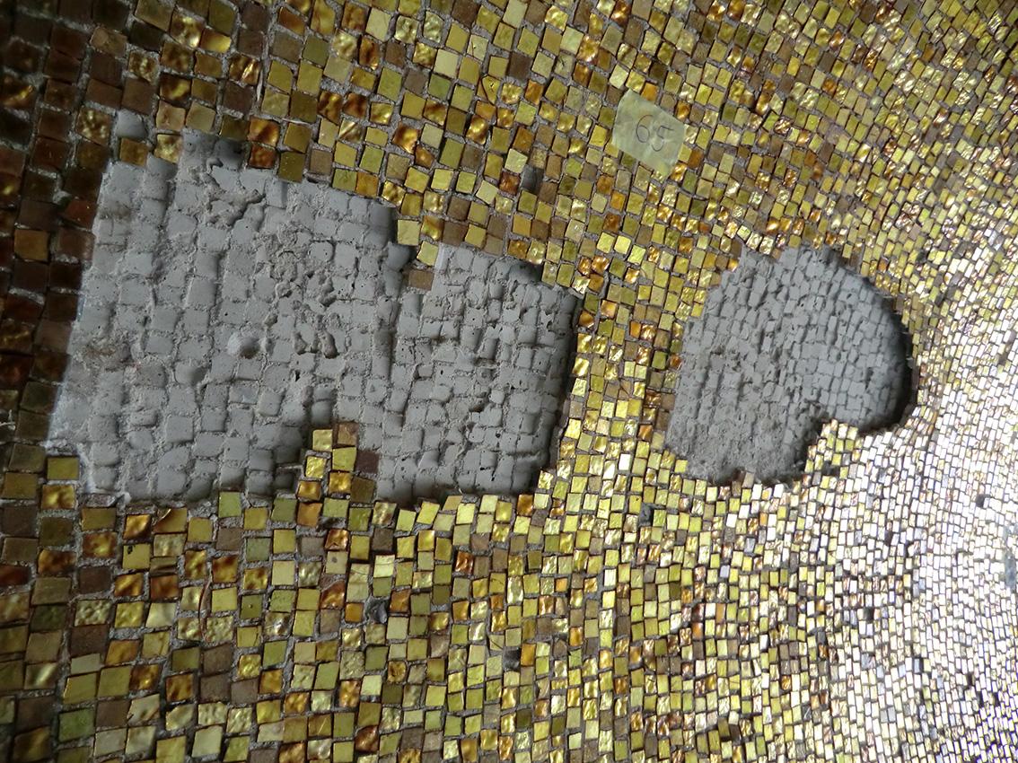 Mosaiken har på sina ställen släppt från taket