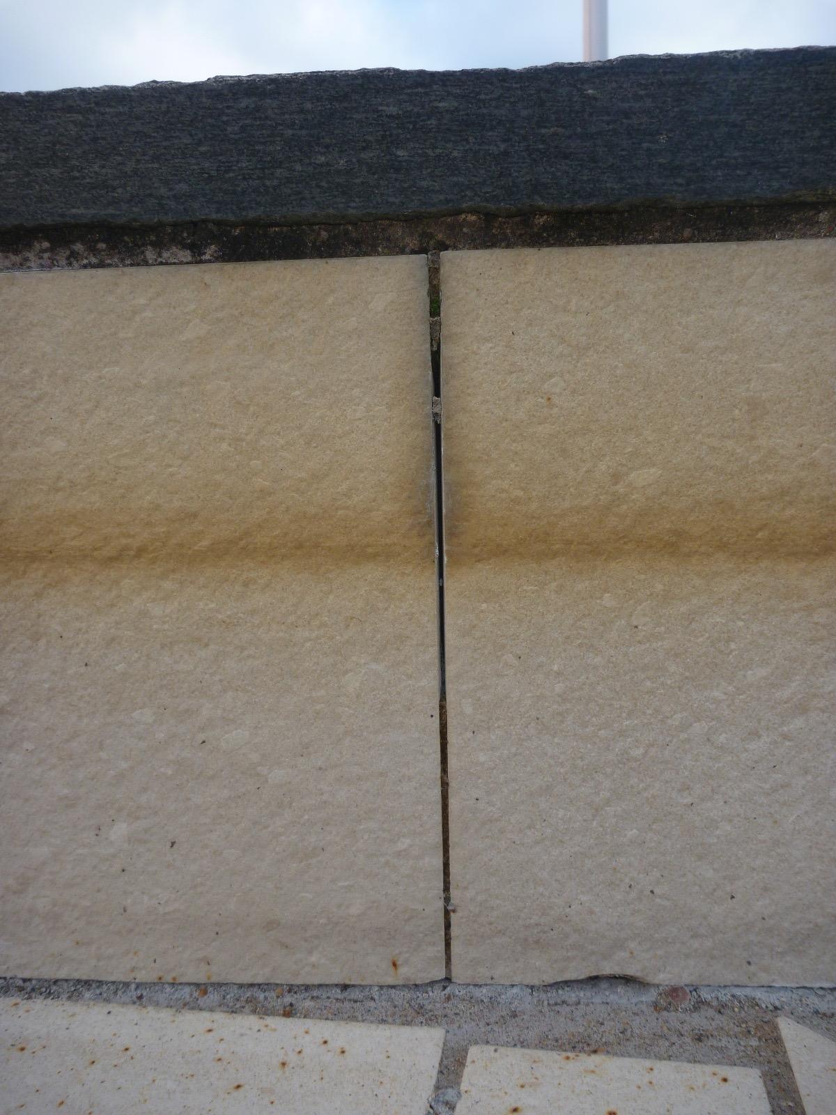 Flera av plattorna på bassängens insidor släpper från underlaget och behöver åtgärdas. Här ser man att fogen släppt.
