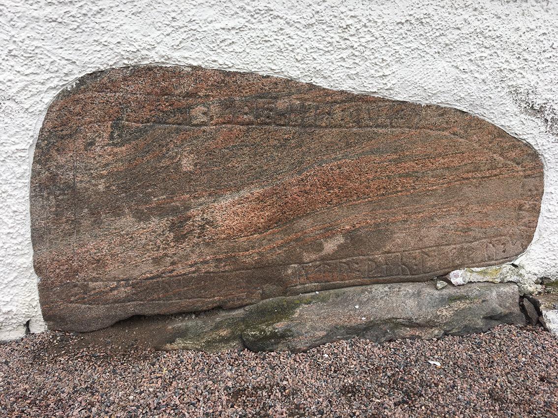 """Runstenen är inmurad i Kvibille kyrka. Runskriften översätts till """"Eve och Torgöt, de lade stenen över Torlak. Gud hjälpe hans själ. """""""