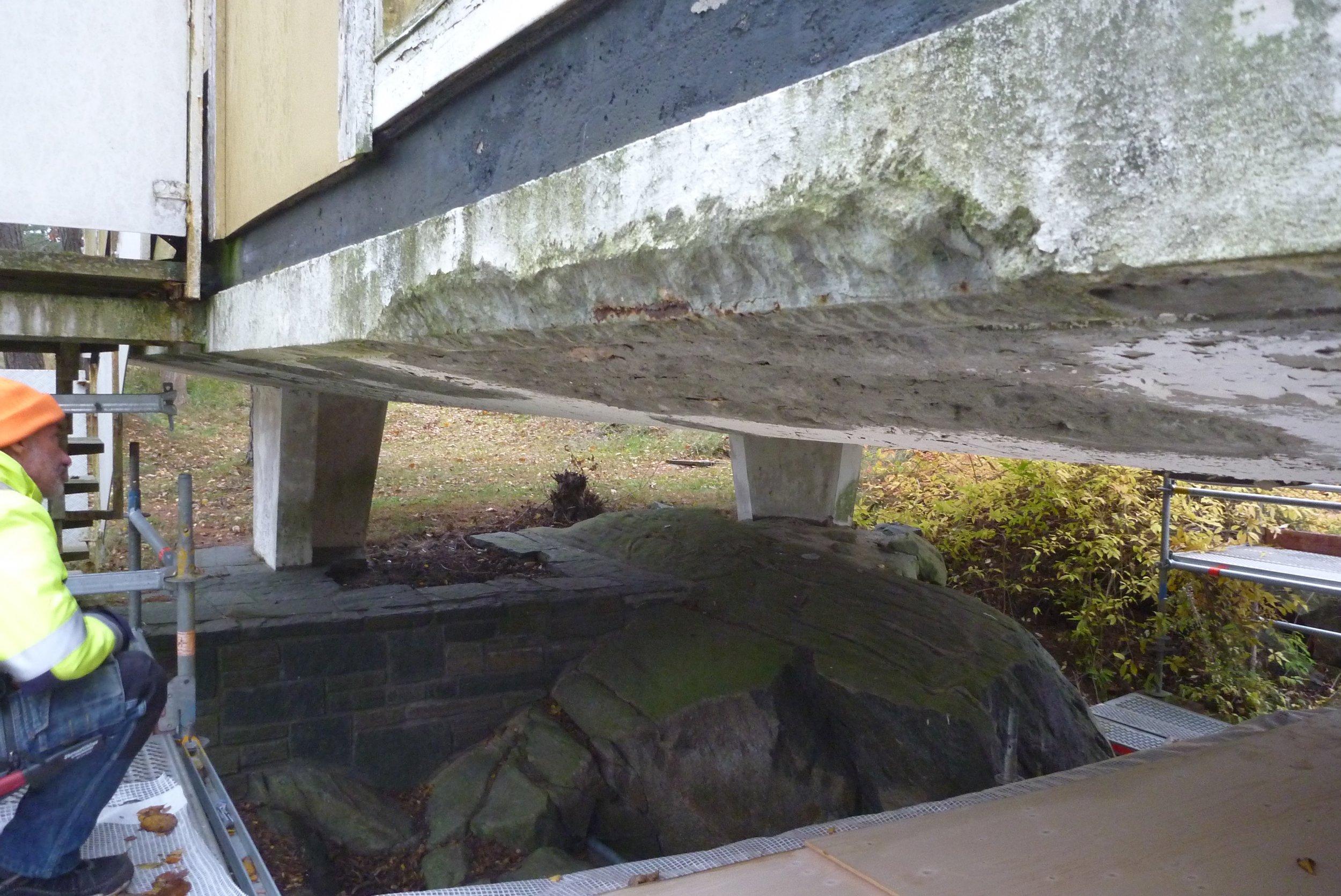 4 betongplattan har skador, armeringen rostar och spränger sönder betongen inifrån.jpg