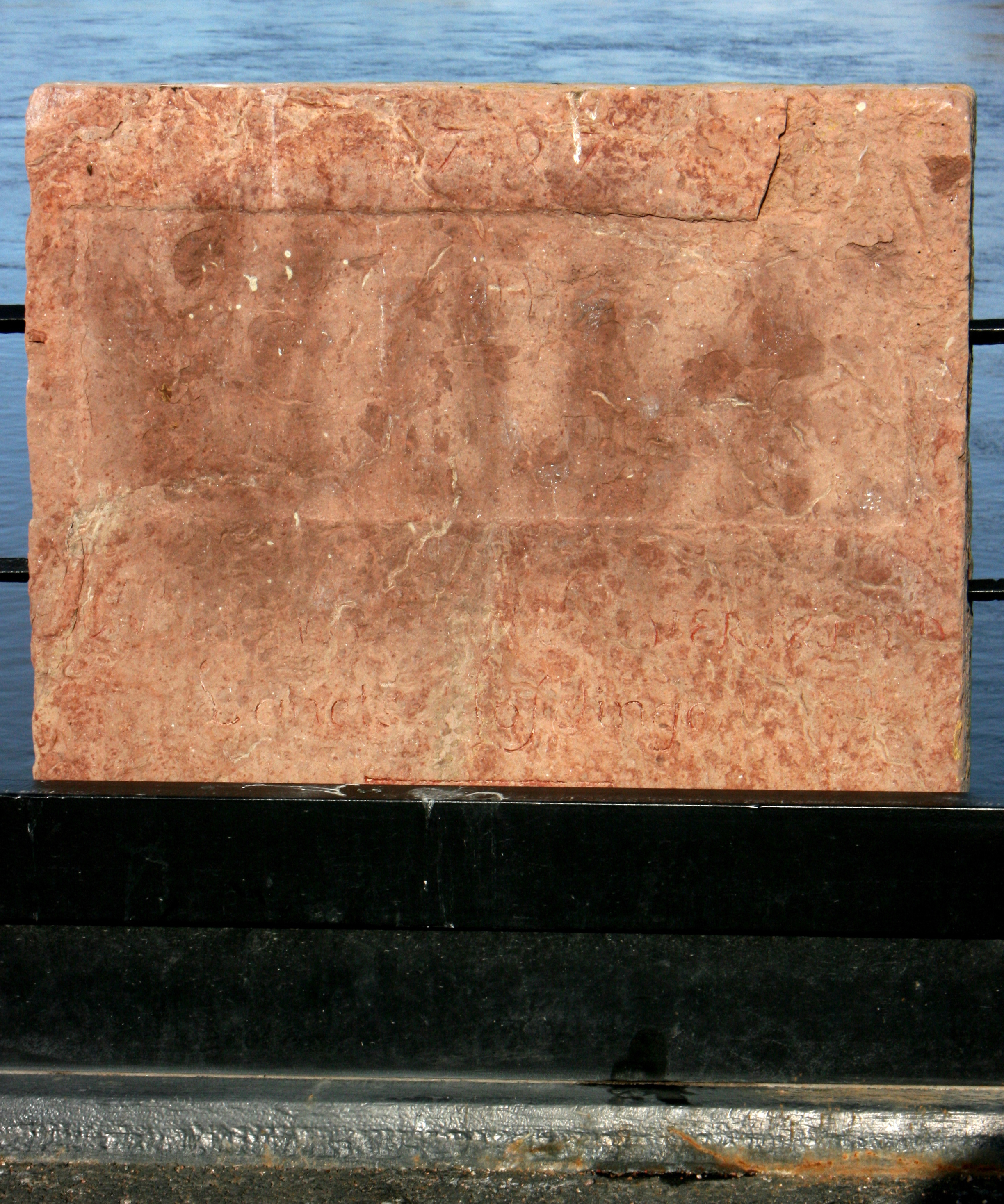 Den västra stenen före restaurering