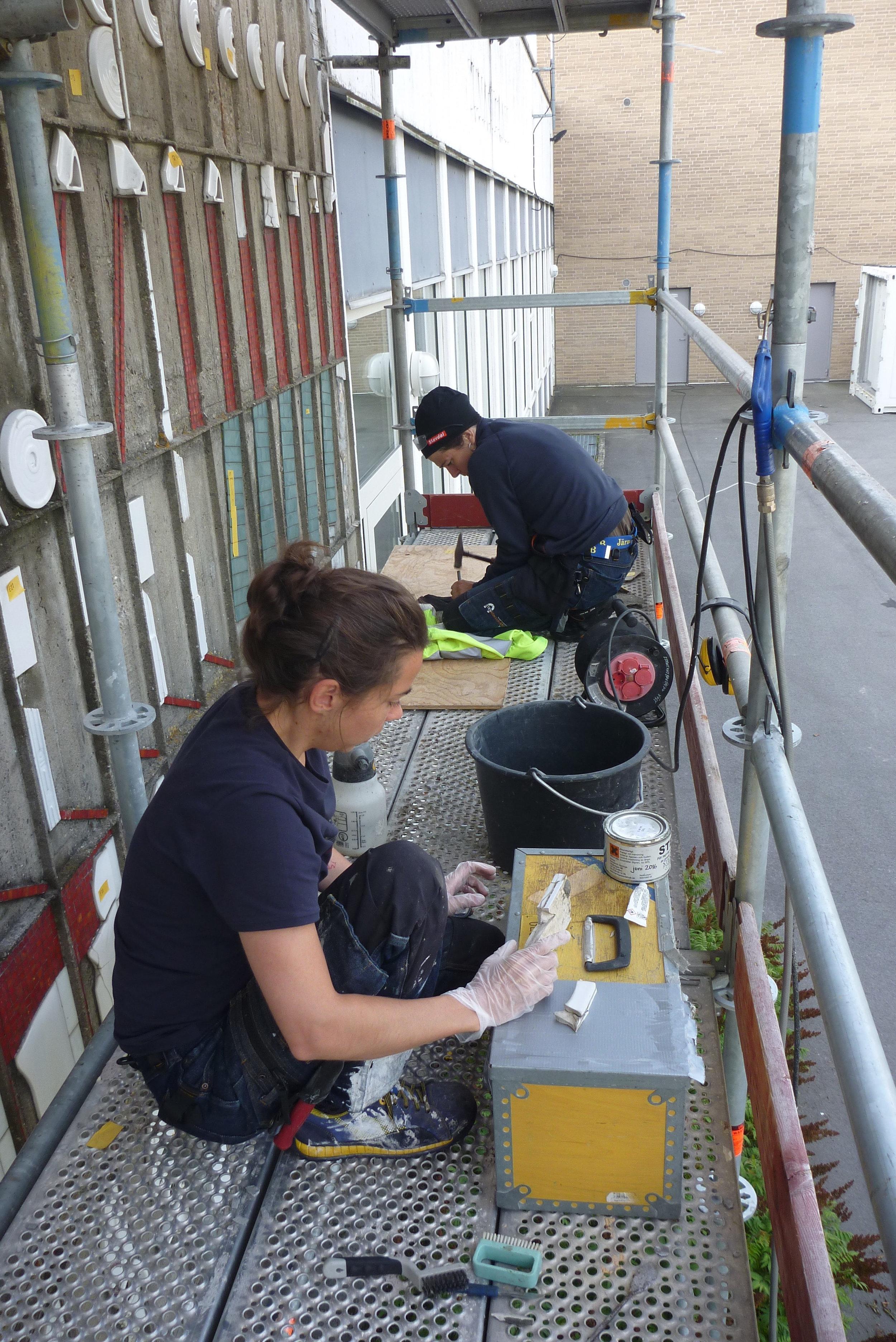 Arbete med återmonteringen och säkring av keramikdetaljerna