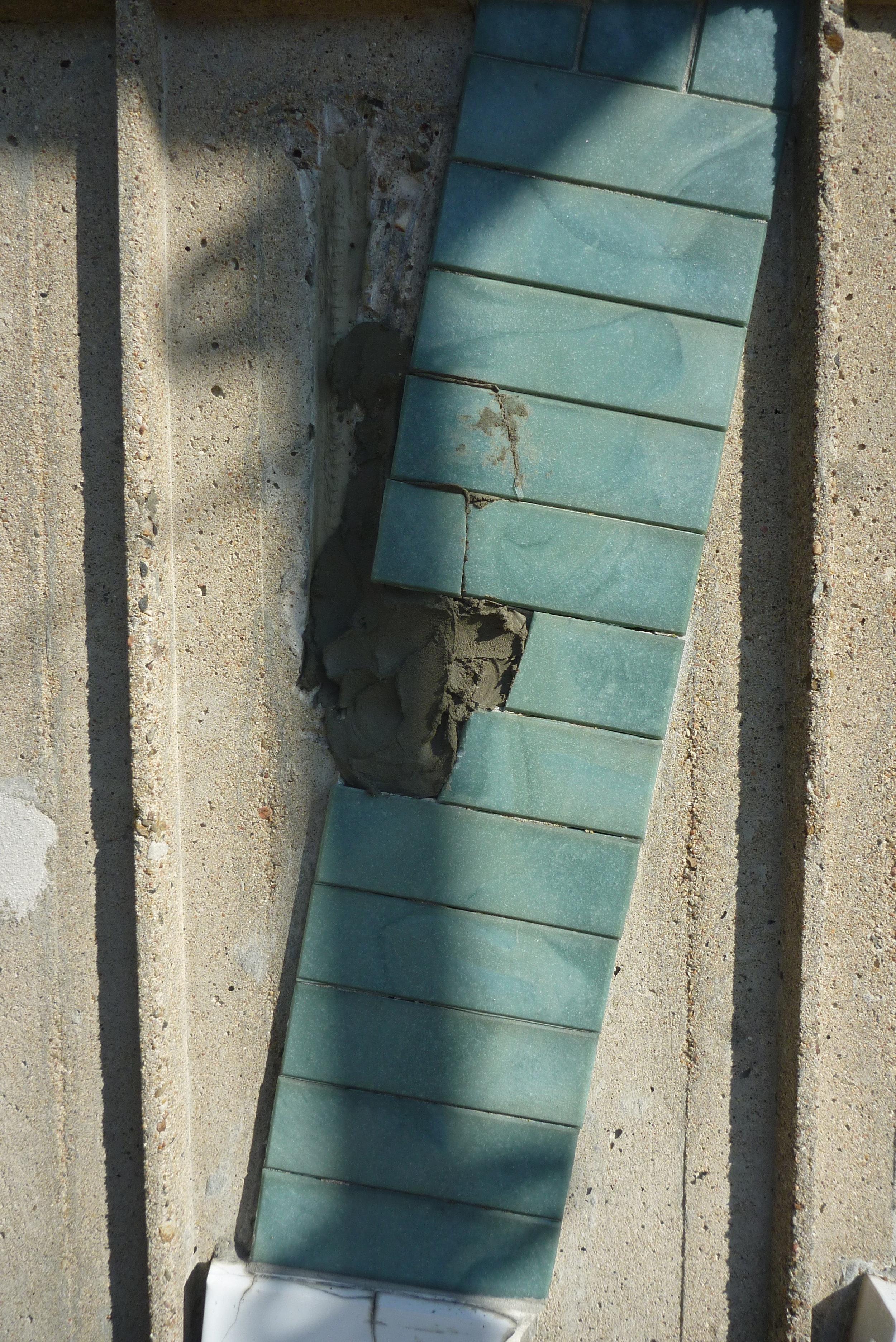 Keramiska plattor som lossnat monteras tillbaka