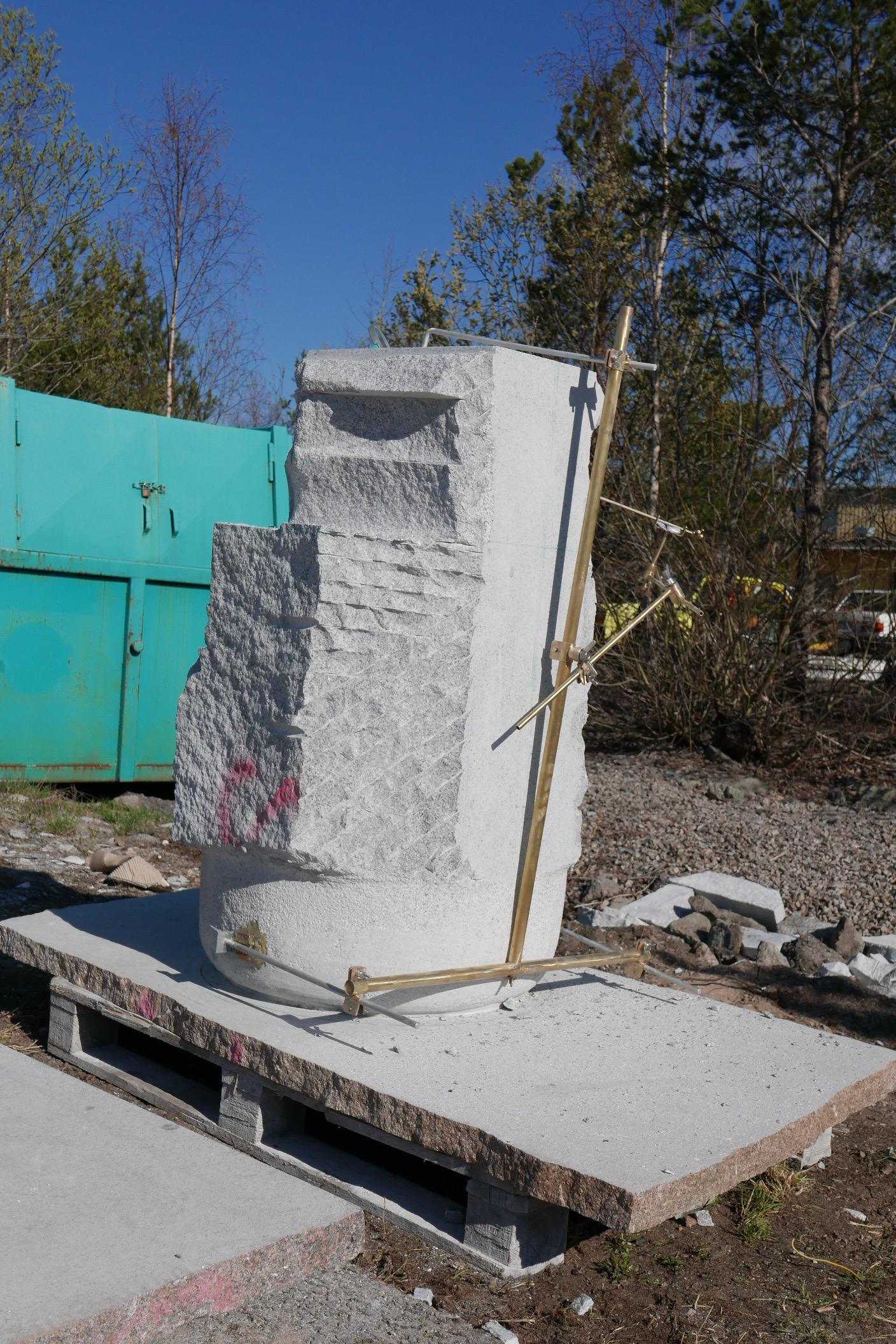 Ett av stenblocken som skall huggas.