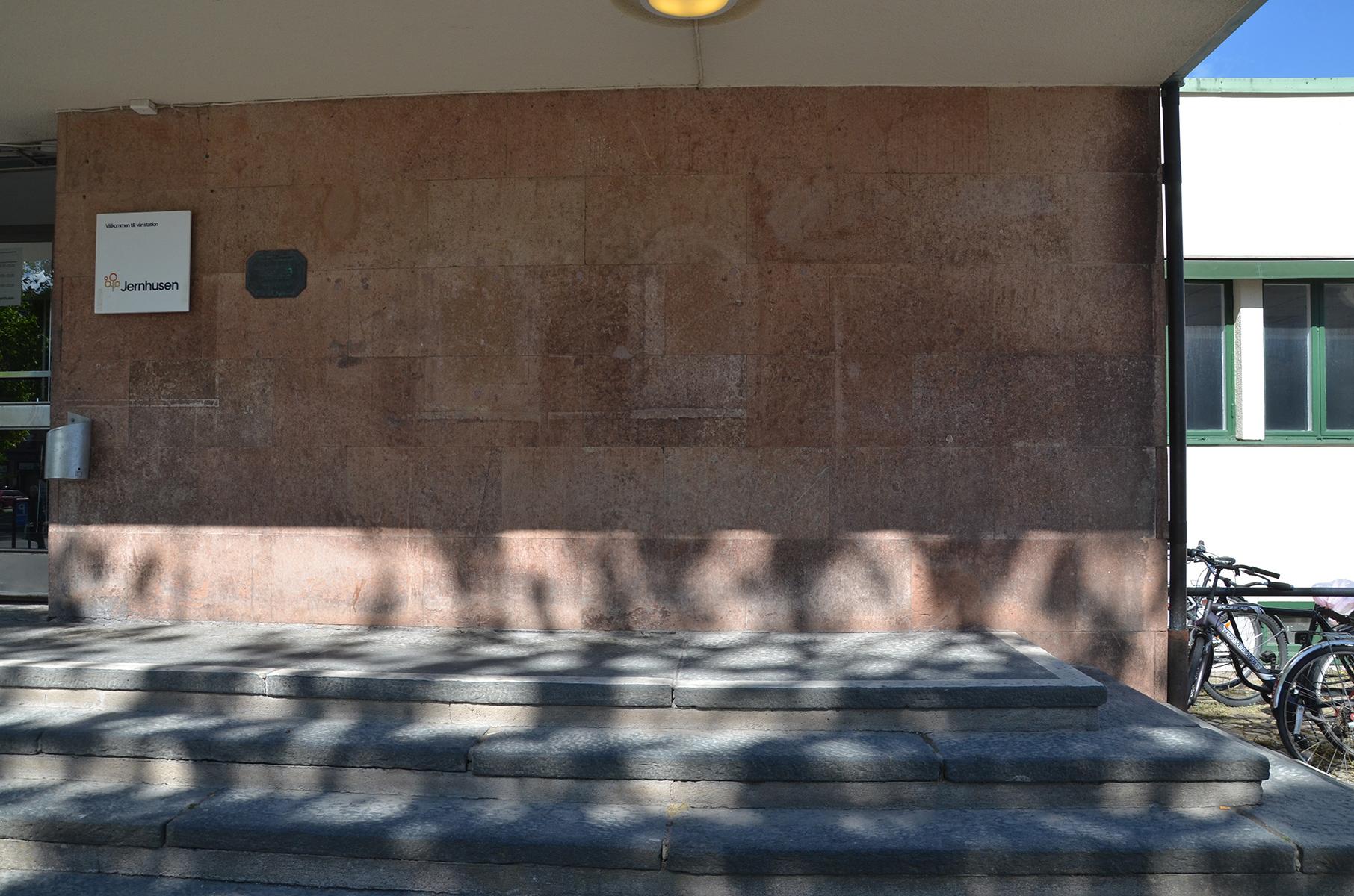 Fasaden består av stenplattor.