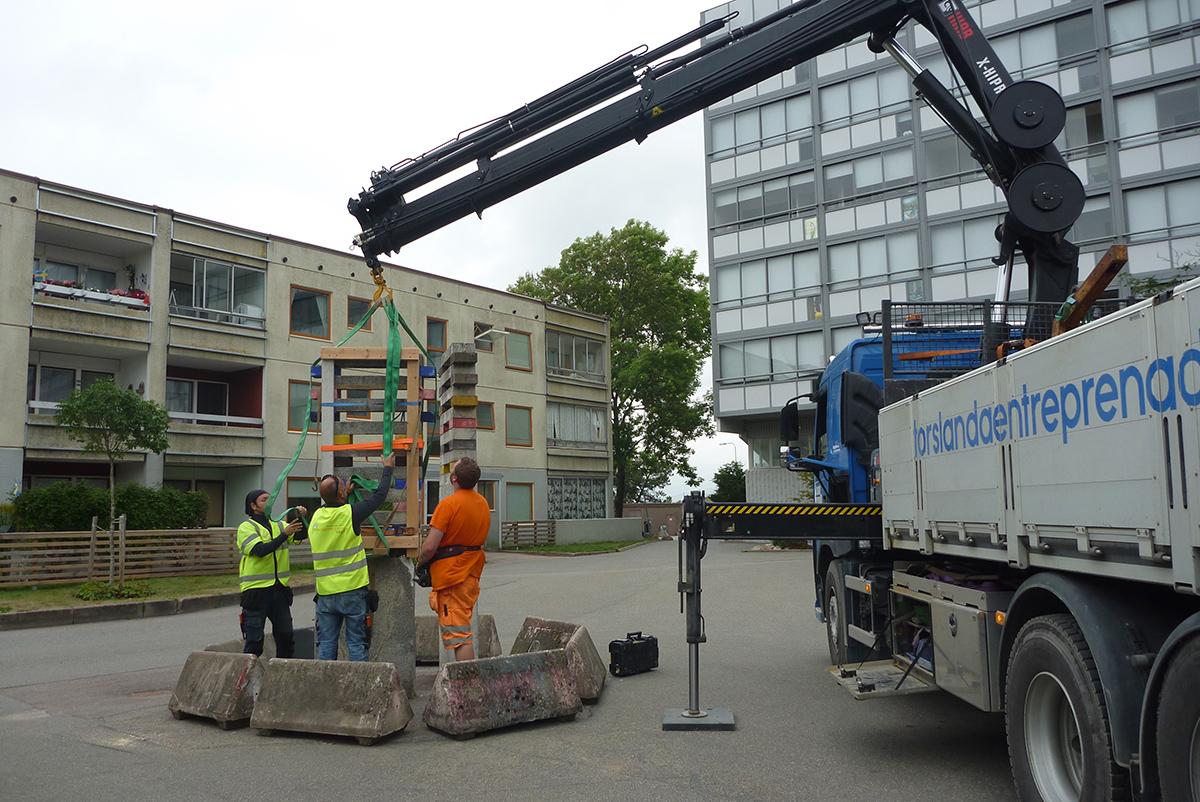 Skulpturen lyftes ut och transporterades till vår verkstad för att gjutas om på nytt.