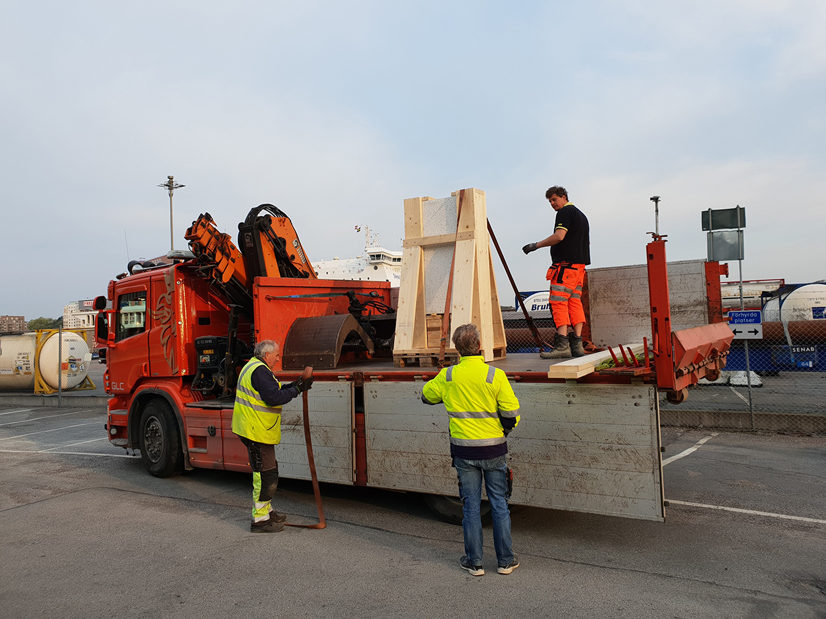 Skulpturen redo för transport tillbaka till Gårdssten.