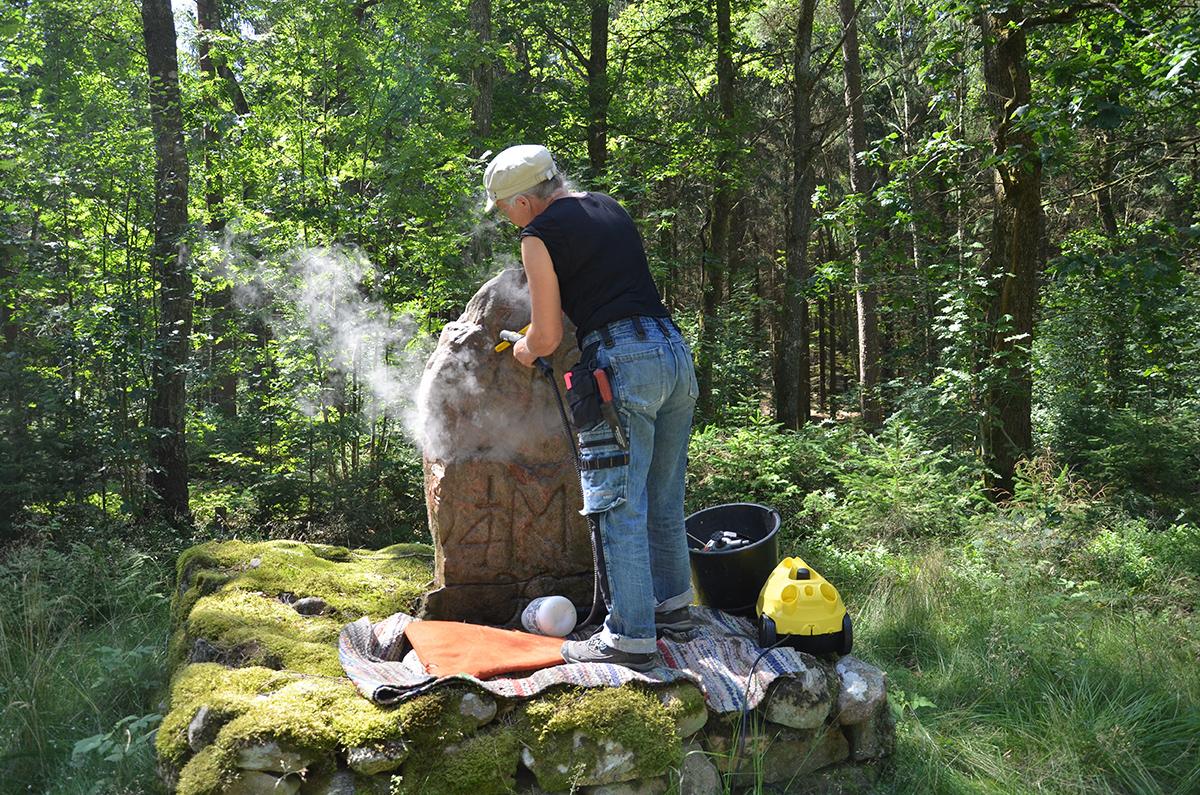 Stenen rengörs med ångtvätt och borste.