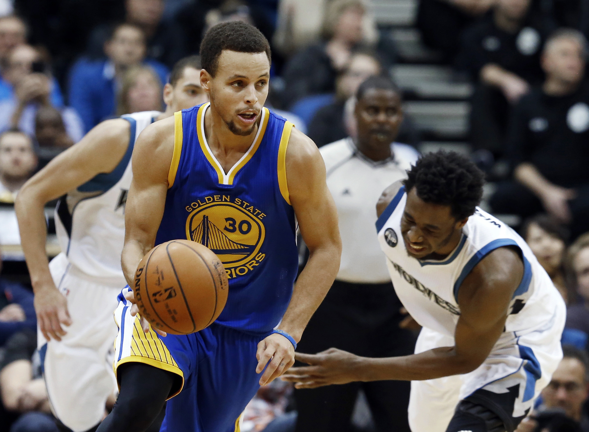 Golden State Warriors' Stephen Curry, left, beats Minnesota Timberwolves' Andrew Wiggins to the ball during the second half of an NBA basketball game, Thursday, Nov. 12, 2015, in Minneapolis. The Warriors won 129-116. (Jim Mone/AP)