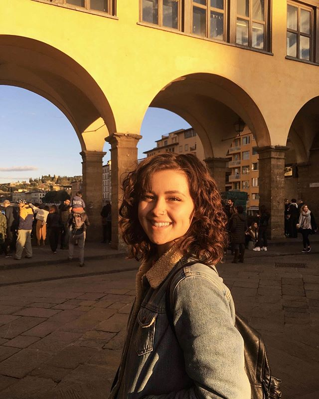 Sunset at Ponte Vecchio, a girl full of cannolis, a special moment in time 🇮🇹