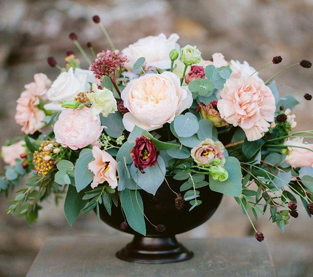 Tabledecoration in lovely colours. Flowers by me @_garaget . #bröllop #bröllopsblommor #flowers #weddingflowers #wedding #tabledecoration #tablesetting #dukning