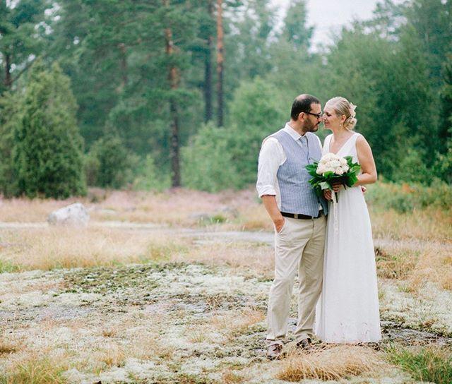 En regnig sensommardag i Oskarshamns skärgård. . #swedishwedding #weddingphotography #bröllopsfotograföland #bröllopsfotografgotland #bröllopsfotografoskarshamn #bröllopsfotografkalmar #oskarshamn #bröllop #wedding #bröllopsfotograf