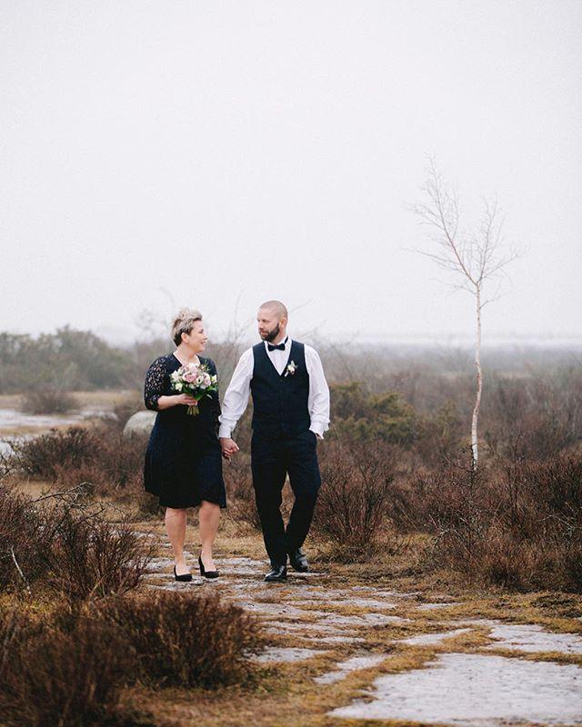 Visst kan man gifta sig en tisdag mitt i vintern. Underbara A o P 💕. Vi fångade några bilder mellan skurarna i den iskalla vinden på Ölands alvar. Härligt att få fixa både blommor och foto. Tusen tack för förtroendet. . #blommor #bröllop #bröllopsblommor #vinter #bröllopsfotograf #bröllopsfotograföland #öland #alvar #ölandsbilder #ölandsalvar #wedding #weddingbouquet #brudbukett #florist #kalmar