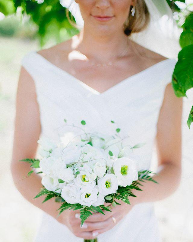 Longing for summer light 🌞 . Visst längtar man efter underbara sommardagar.. 🌞 . #bröllopsfotograföland #bröllopsfotografkalmar #bröllop #wedding #dvlopfilm #weddingphotographer #öland #brud #bukett #vitt #swedishwedding #weddingphotographersweden #weddingsweden