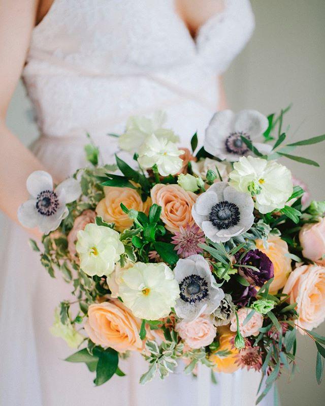 Älskar de här färgerna 💕 . Blommor o styling @_garaget  Klänning @noellekalmar @abbywaits_ . #bröllopsfotograföland #swedenwedding #alltombröllop #swedishwedding #bröllop #brud #bride #wedding #flowers #weddingflowers #bröllopsblommor #brudbukett #dvlop #bröllopsfotografkalmar #sweden