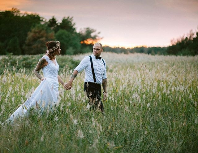 När ljuset är som vackrast 🌞 . #swedenwedding #bröllopsfotograföland #alltombröllop #bröllopsfotografkalmar #bröllopsfotograf #dvlop #bröllop #wedding #weddingdress #weddingphotography #sunset #goldenhour #brudpar