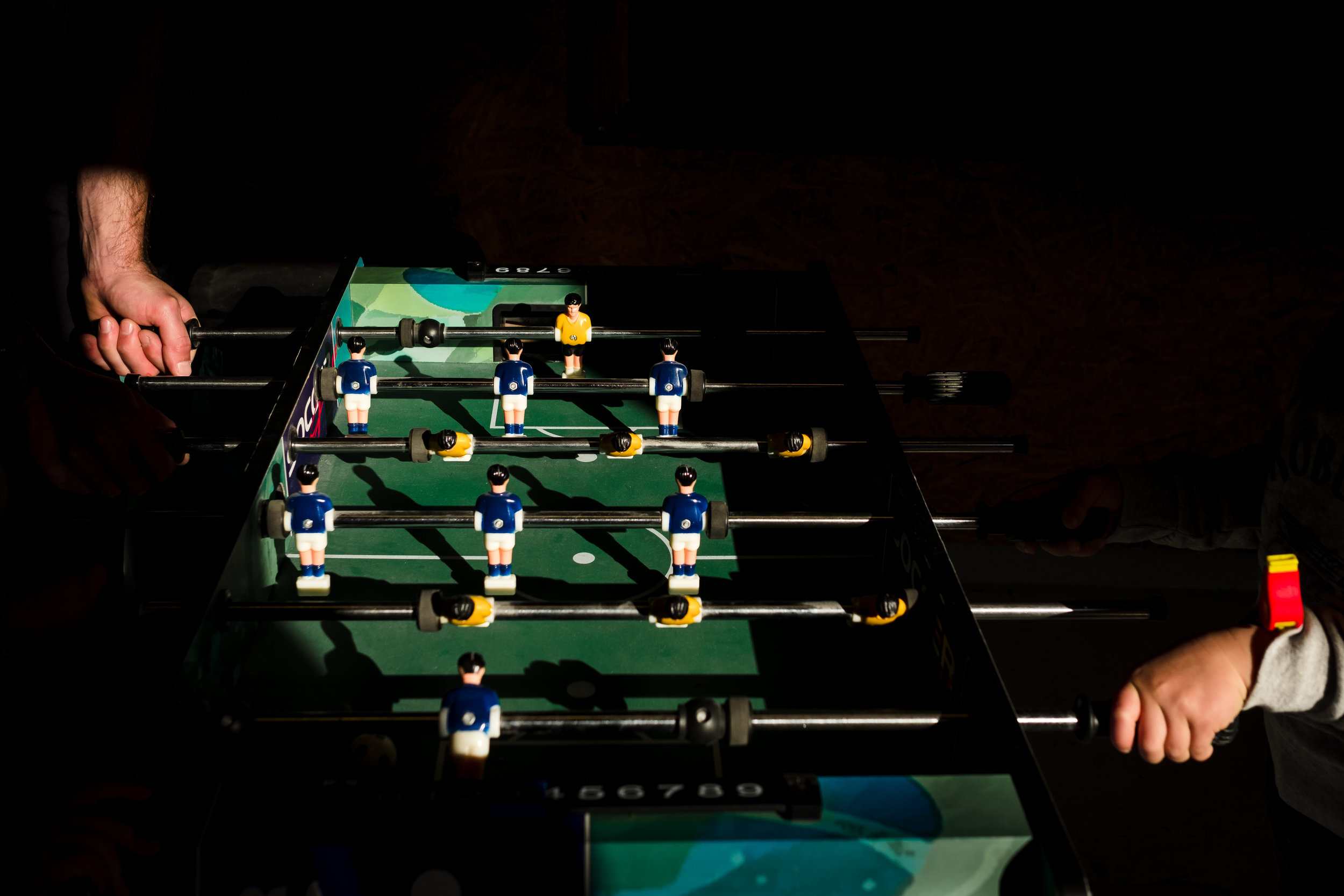 voetbaltafel met twee handen