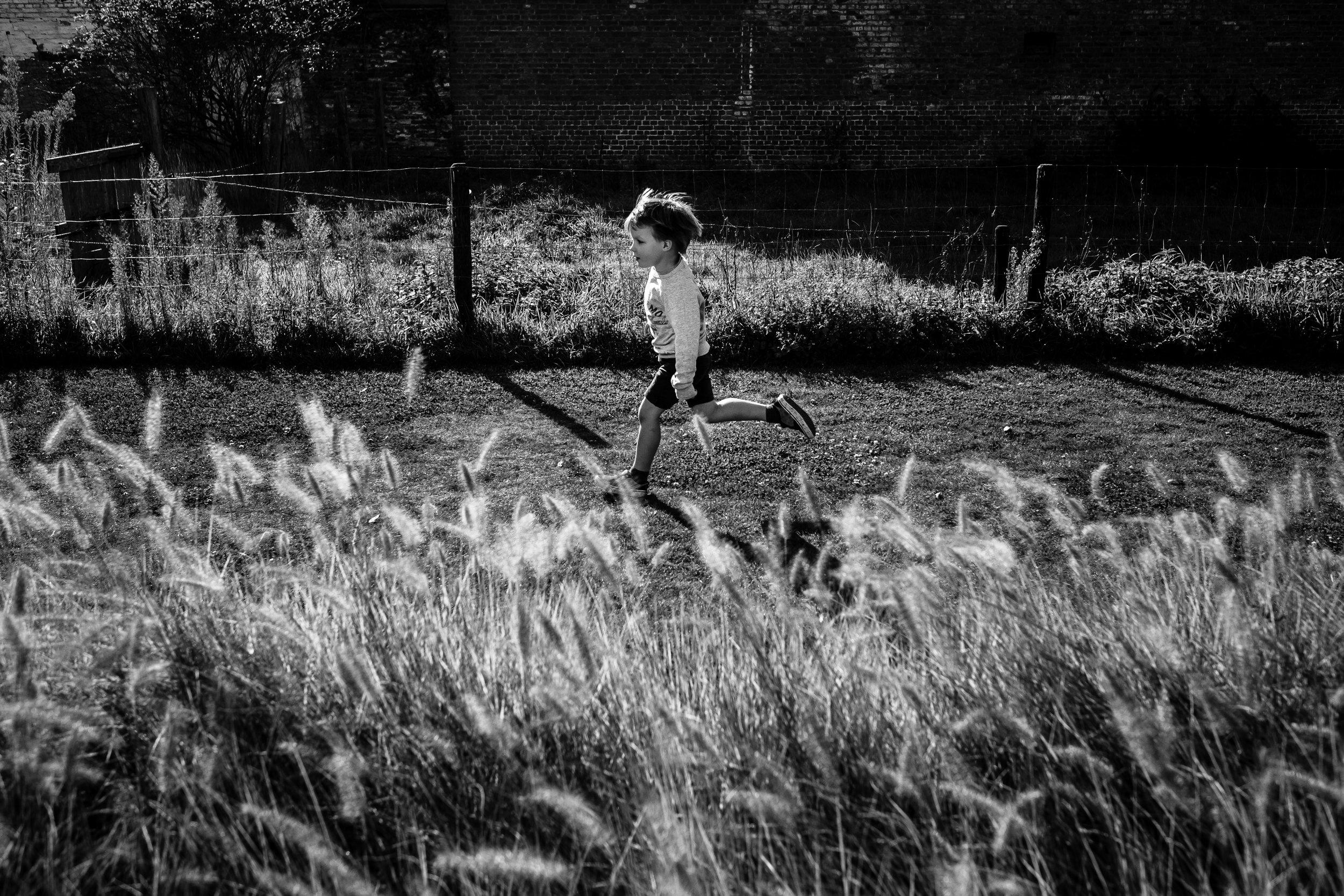 jongen loopt door tuin