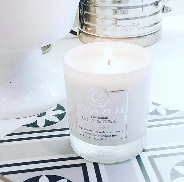 More beautiful photography by @shirliekemp featuring our lovely Vita Pomodoro candle. ————————————————————#Casazilli #casazillicandles #candle #italy #Italian #homeware #luxury #luxurylife #loveyourhome #lifestyle #kitchenware #homesweethome #decor #homeinspo #homestyle #instagram #interiorstyling #italianherbcollection #instahome #minimalism #classy #interiordesign #interiorstyling