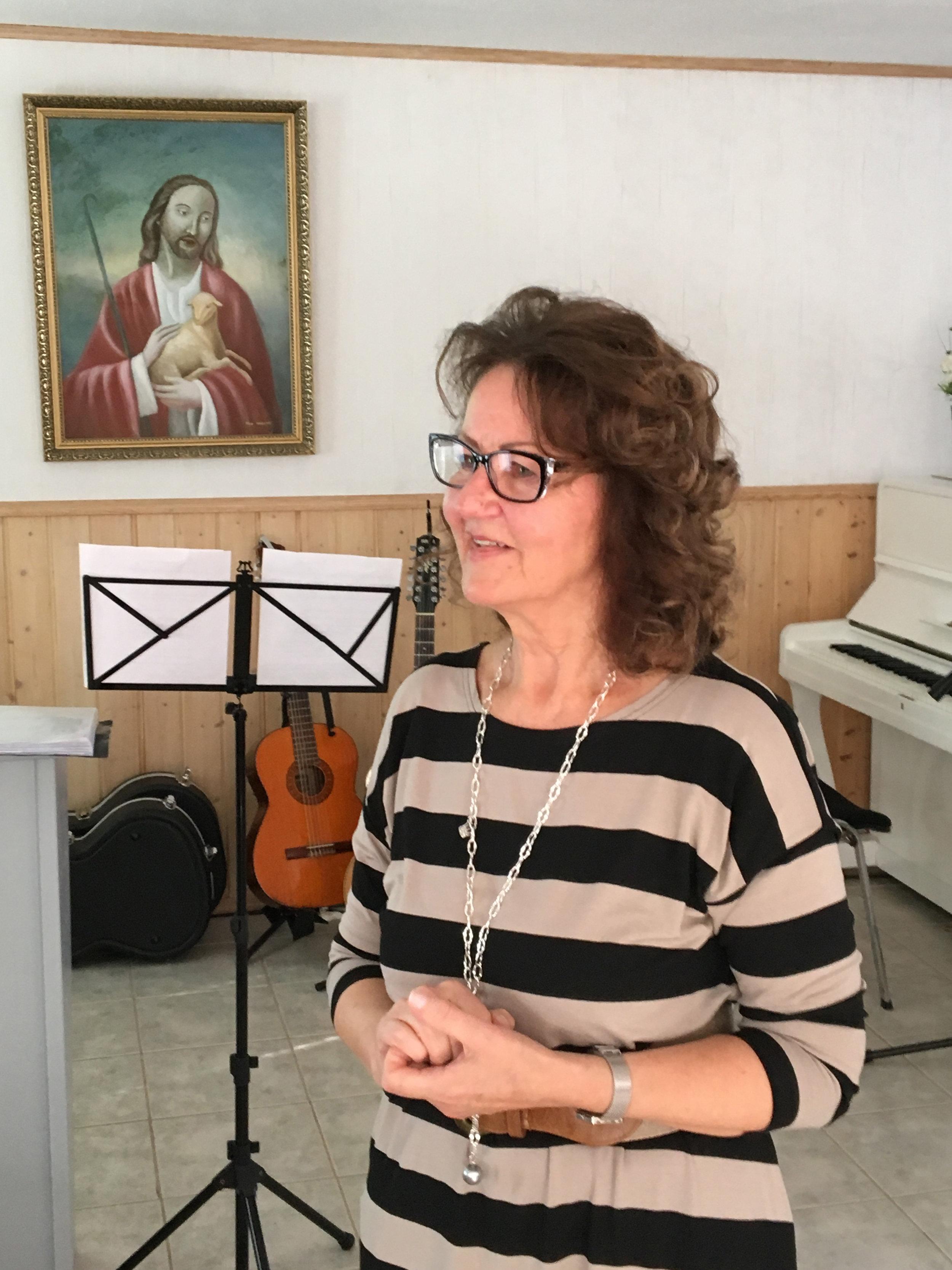 Helena Kärkkäinen - Tunnettu raamatunopettaja Helena Kärkkäinen on tavannut matkoillaan useita naisia, jotka kamppailevat epäterveen itsetunnon ja minäkuvan kanssa. Nainen voi olla hukassa itseltään ja toisilta. Helena opastaa tutkimaan, mitä Sana kertoo identiteetistämme ja asemastamme Jumalan silmissä.