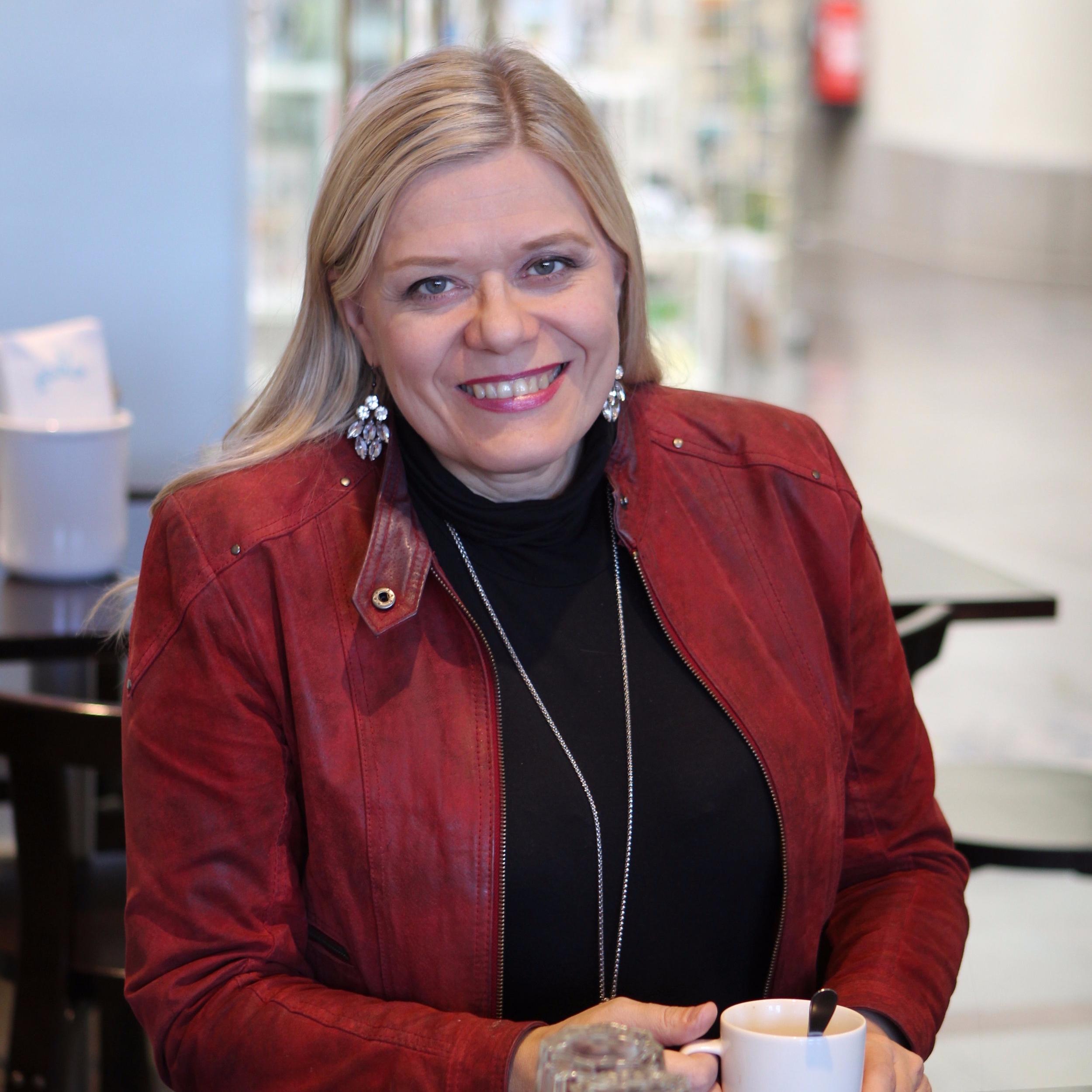 Heli Karhumäki - Sana-lehden päätoimittaja Heli Karhumäki tunnetaan sattuvasanaisena ja kantaaottavana journalistina. Hän toimi pitkään Ilta-Sanomien uutistoimittajana. Karhumäeltä on ilmestynyt useita kirjoja sekä ääniteos Pihtaajatytön katumus ja muita kristillisiä murretarinoita. Viestintäkouluttajana keikkaileva Karhumäki ei jätä ketään kylmäksi.