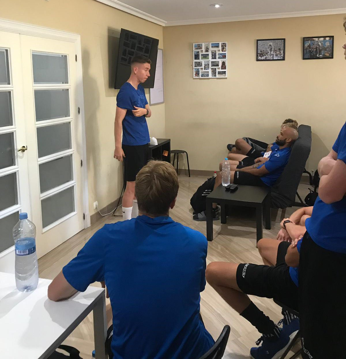 Hugh Alban Jones talking to players at our Spanish soccer academy