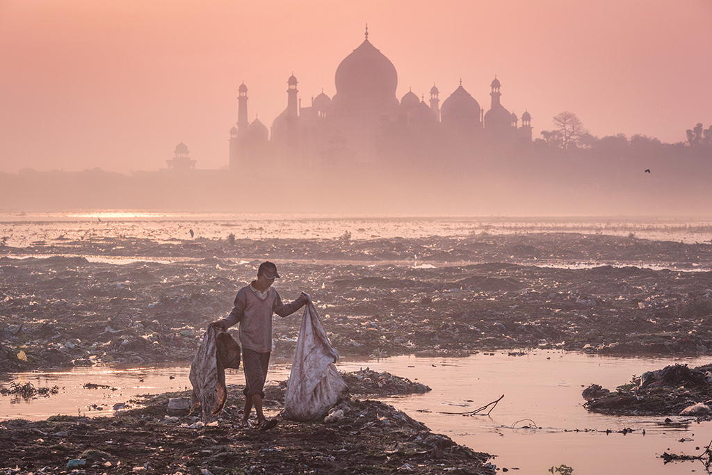 Mustafa AbdulHadi,  Behind the Taj Mahal , India, 2015