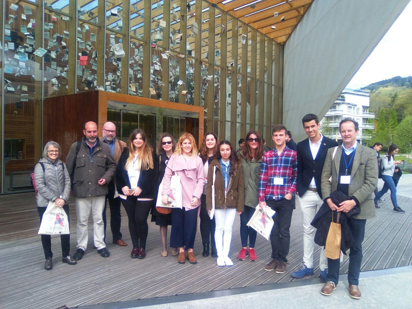 Alumnos y tutores de Eustory participantes en el panel de EUROCLIO, junto a los organizadores.