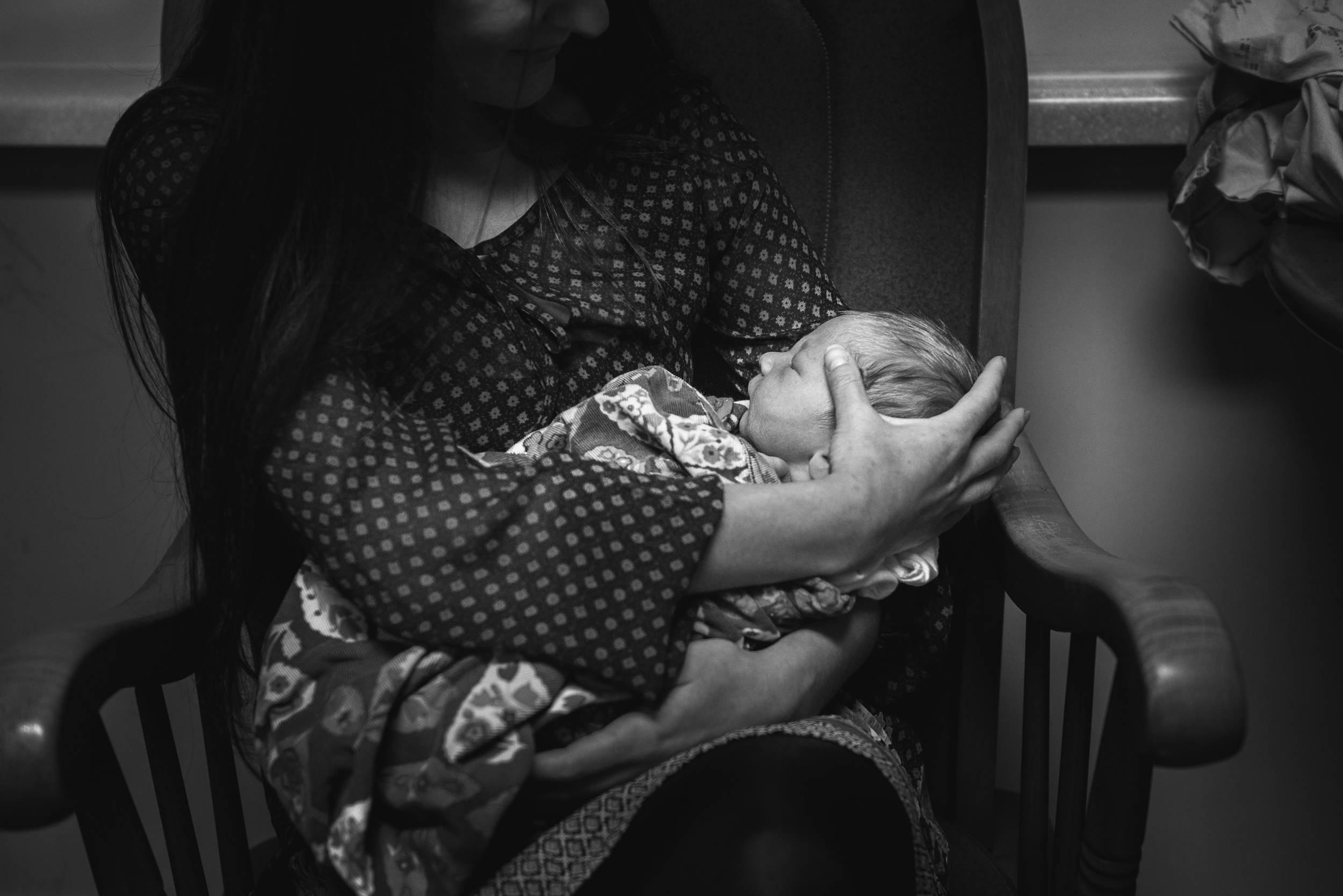 Molly Rees Photo - Black and White Documentary Newborn Photography in Denver, Colorado - baby in arms by M. Menschel