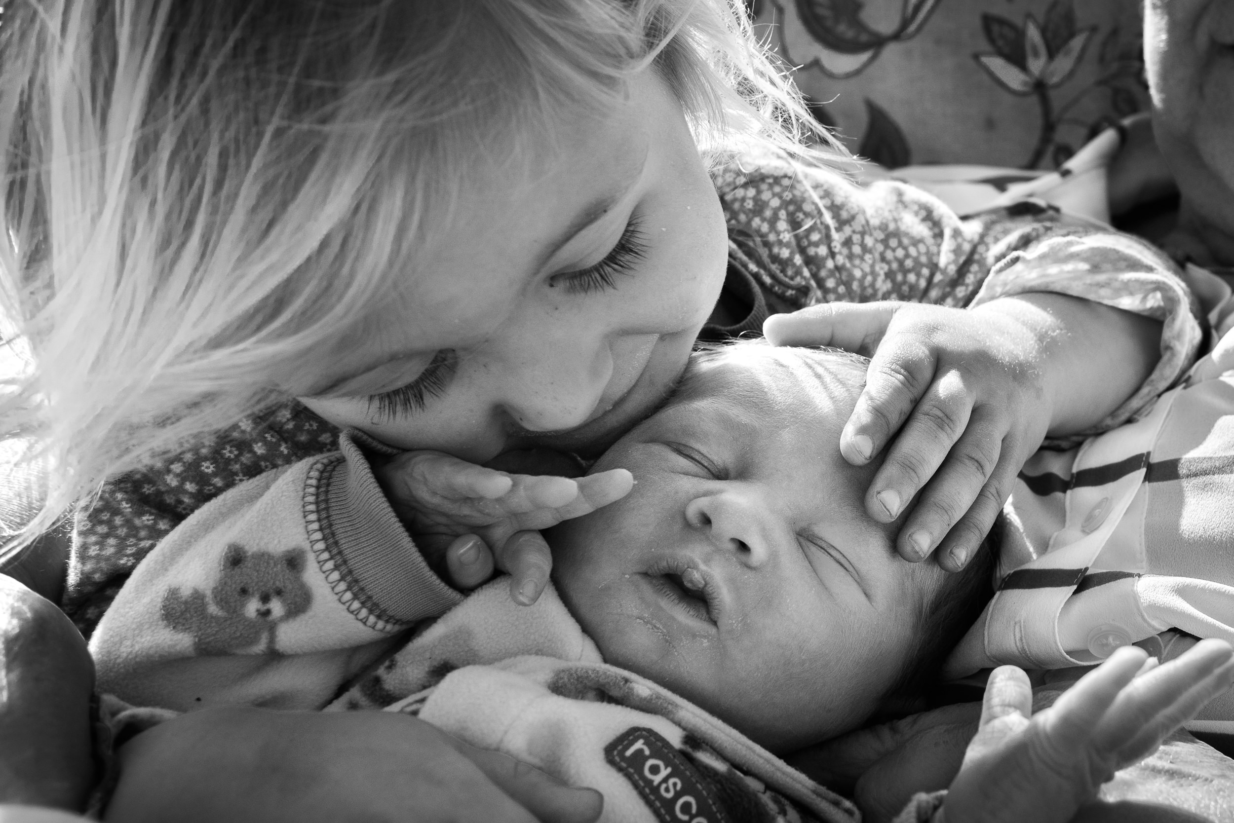 Molly Rees Photo - Black and White Documentary Newborn Photography in Denver, Colorado - girl looking at baby by M. Menschel
