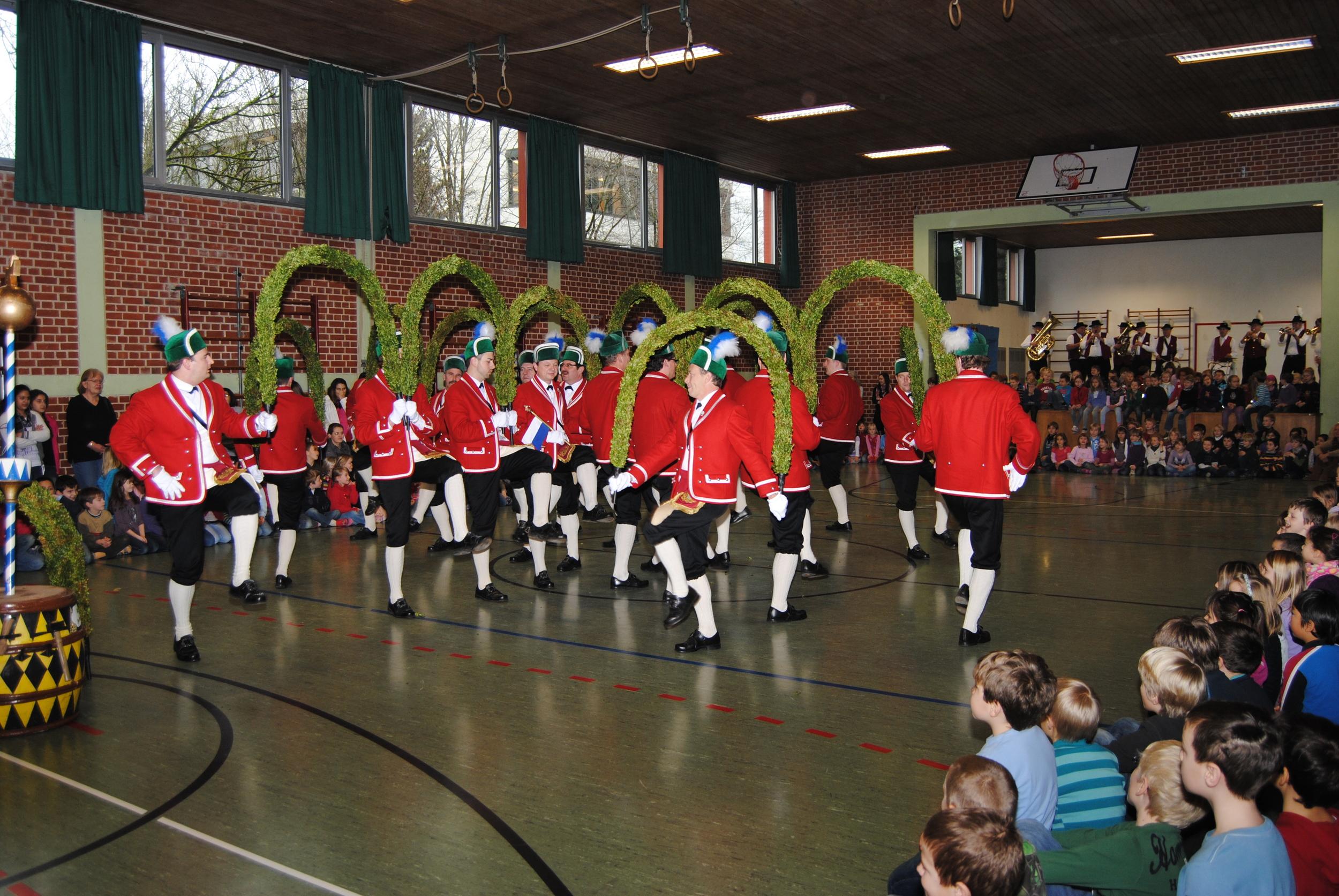 Die Schäffler tanzen in der Turnhalle.