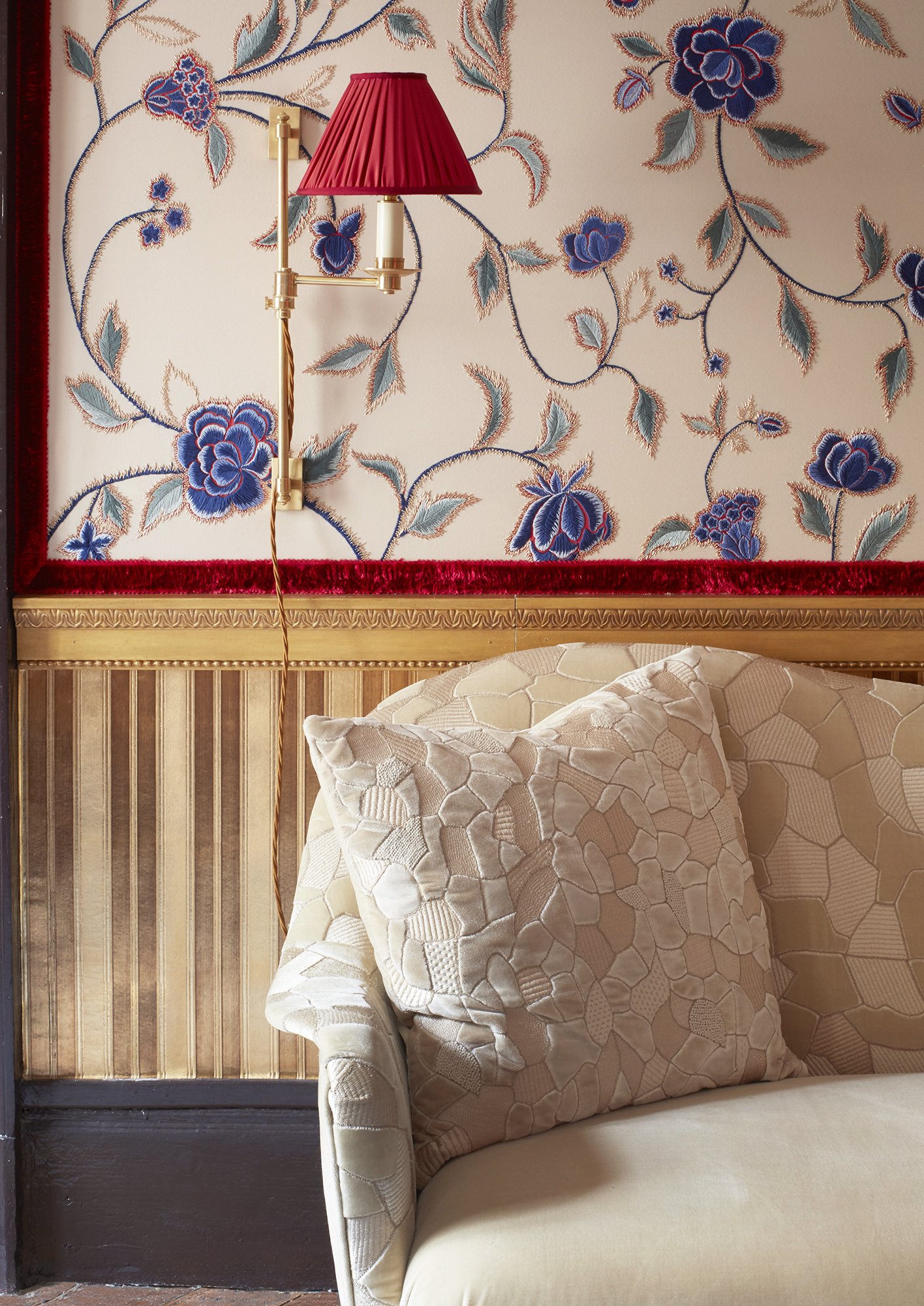 de Gournay hand embroidered 'Flora' wallcovering and hand embroidered 'Ambra' Silk Velvet from Salon Privé by Alessandra Branca. Photo credit: Simon Upton