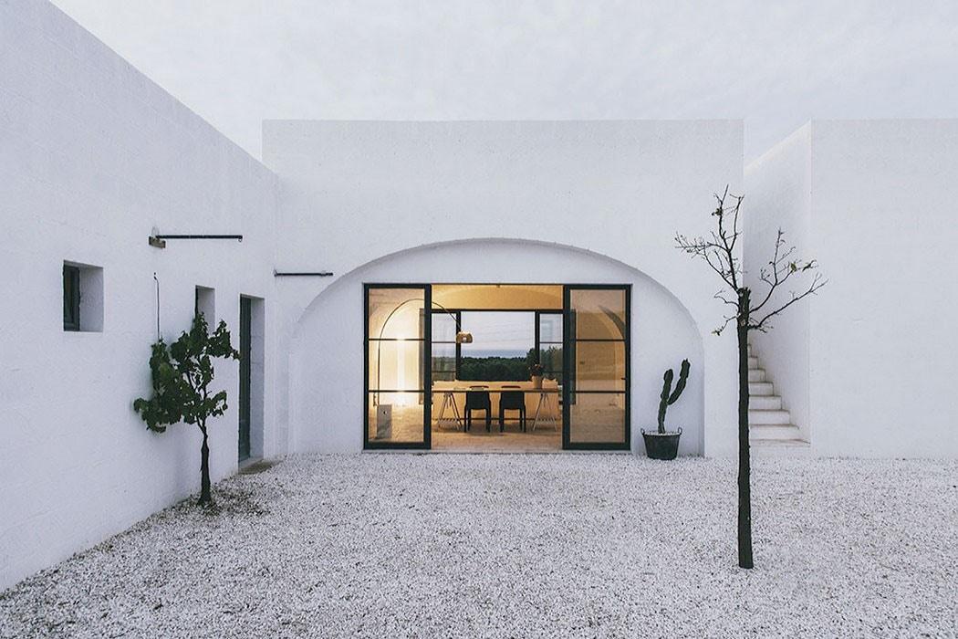 white_courtyard_cactus_italy_travel.jpg