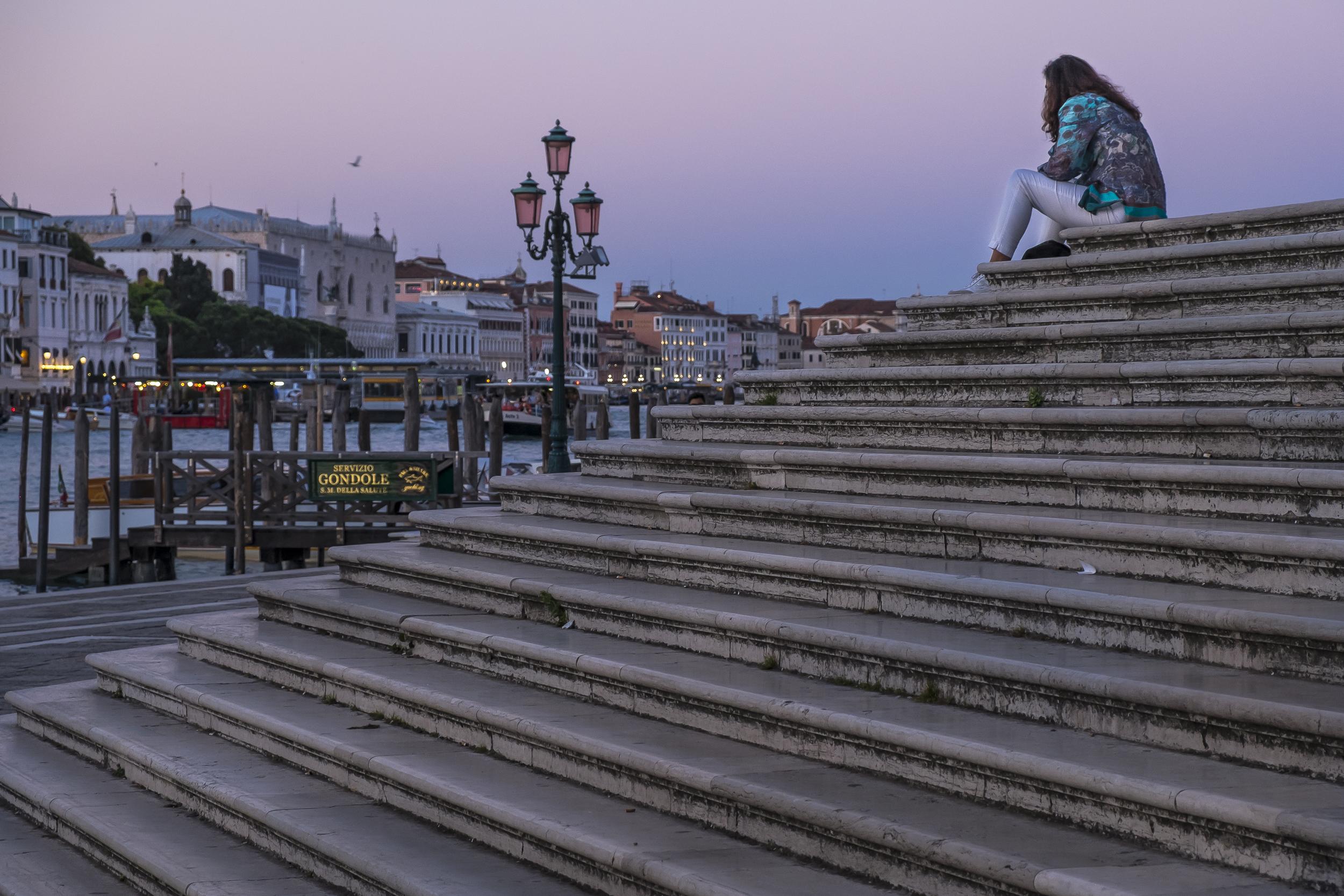 Venice-WomanOnSteps-20140524-DSCF6160.jpg