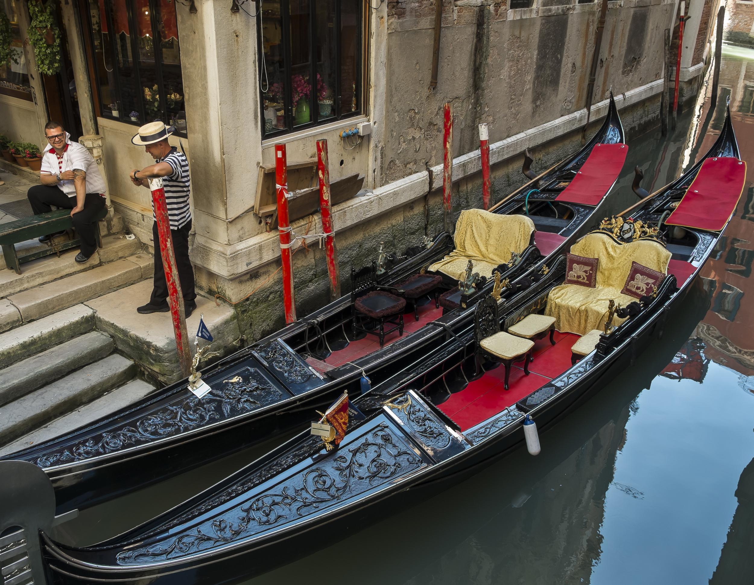 Venice-TwoGondoliers-20140525-DSCF6281.jpg