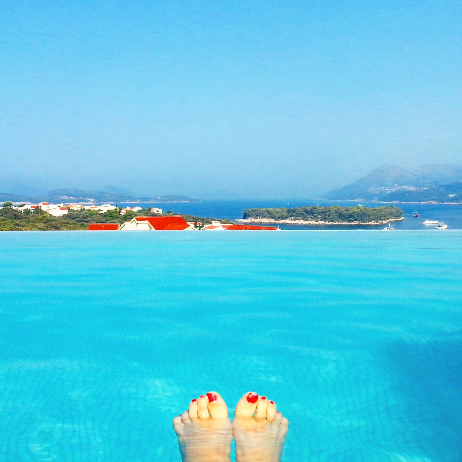 Rentoutuminen uima-altaalla on melkoisen harvinaista herkkua reissuilla