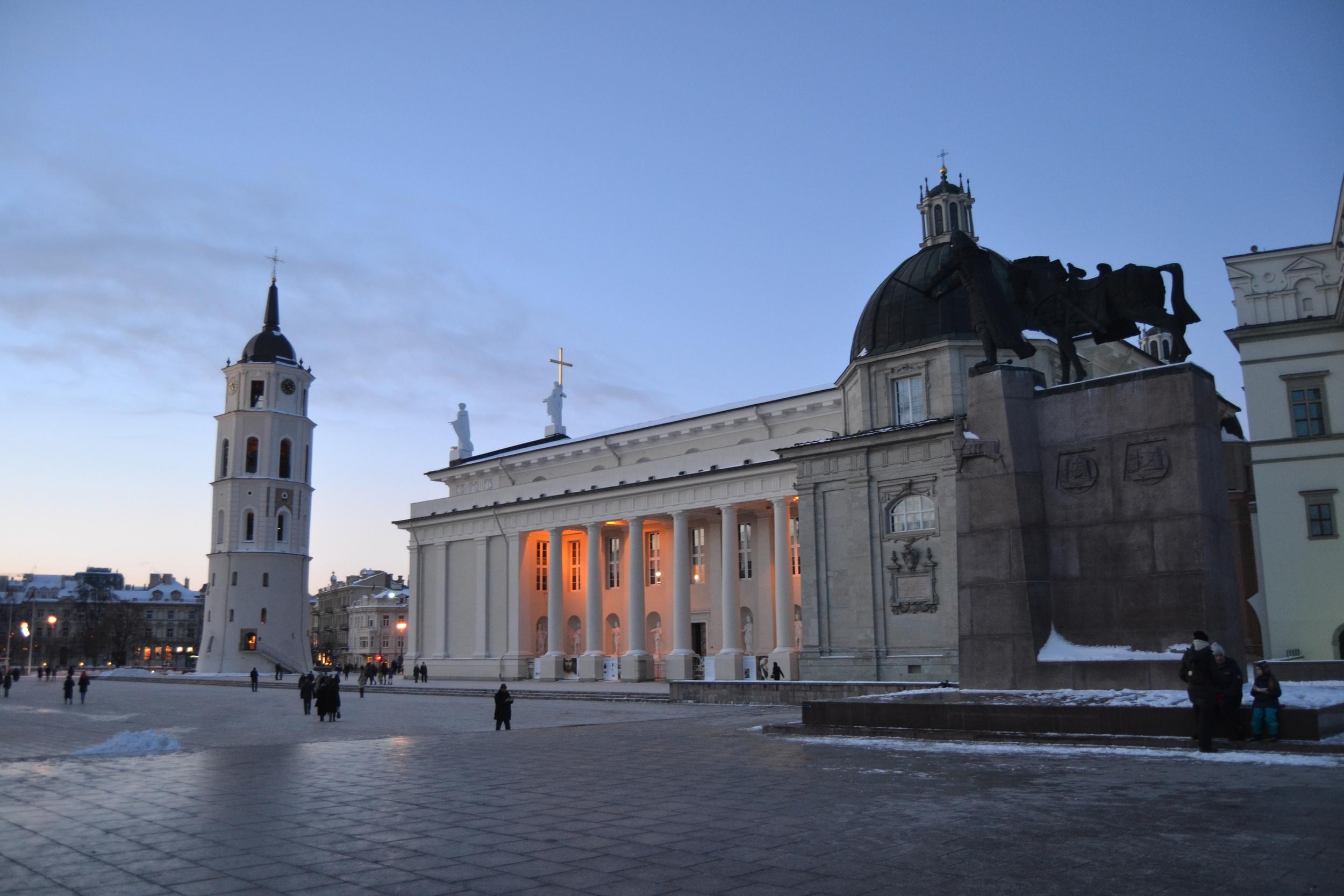 Katedraalin aukio ja Vilnan maamerkkinä tunnettu kellotorni