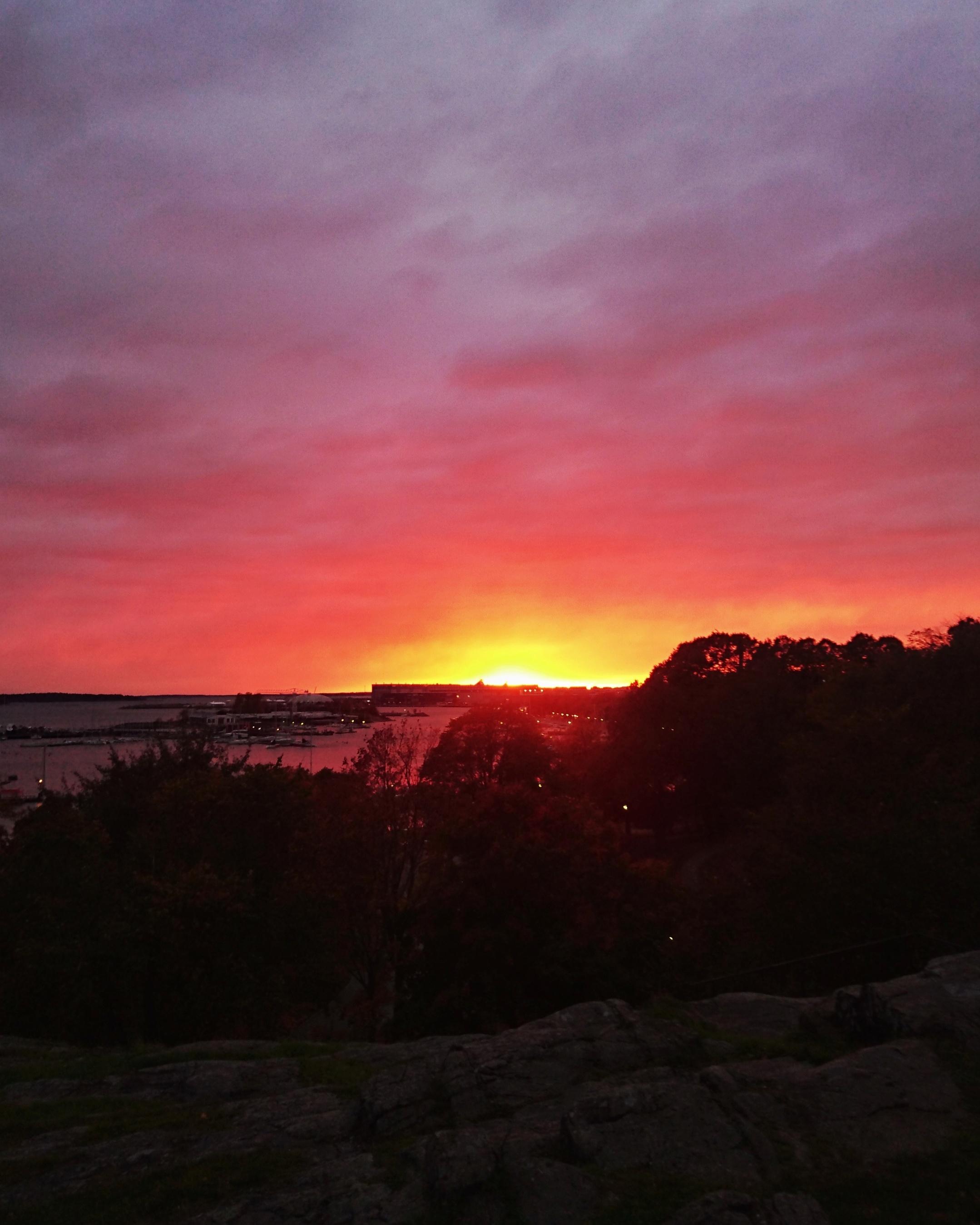 Auringonlasku Kaivarissa syksyllä