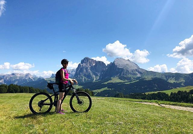 Mountain biking holiday in the #Dolomites. I'm loving it. The mountain views and MTB trails here are just breathtaking. 😍🚵🏼‍♀️⛰ #valgardena #mountaingirls #ainamenossa