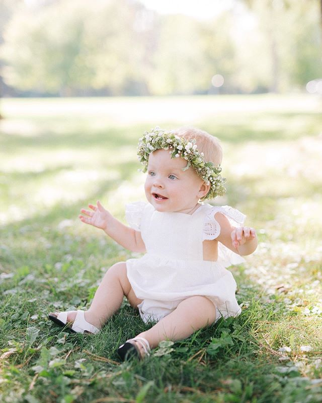 1 whole year of gorgeous Ella is a year worth celebrating ☺️🥳 . Thanks so much to @cassie.willems & @samwillems94 of @the.wooden.elephant for asking @sweetbeeblooms to crown Ella for the occasion 🤭😍 . And, as always, 👏🏼👏🏼👏🏼 to  @morninglightphoto for capturing the moment so perfectly.